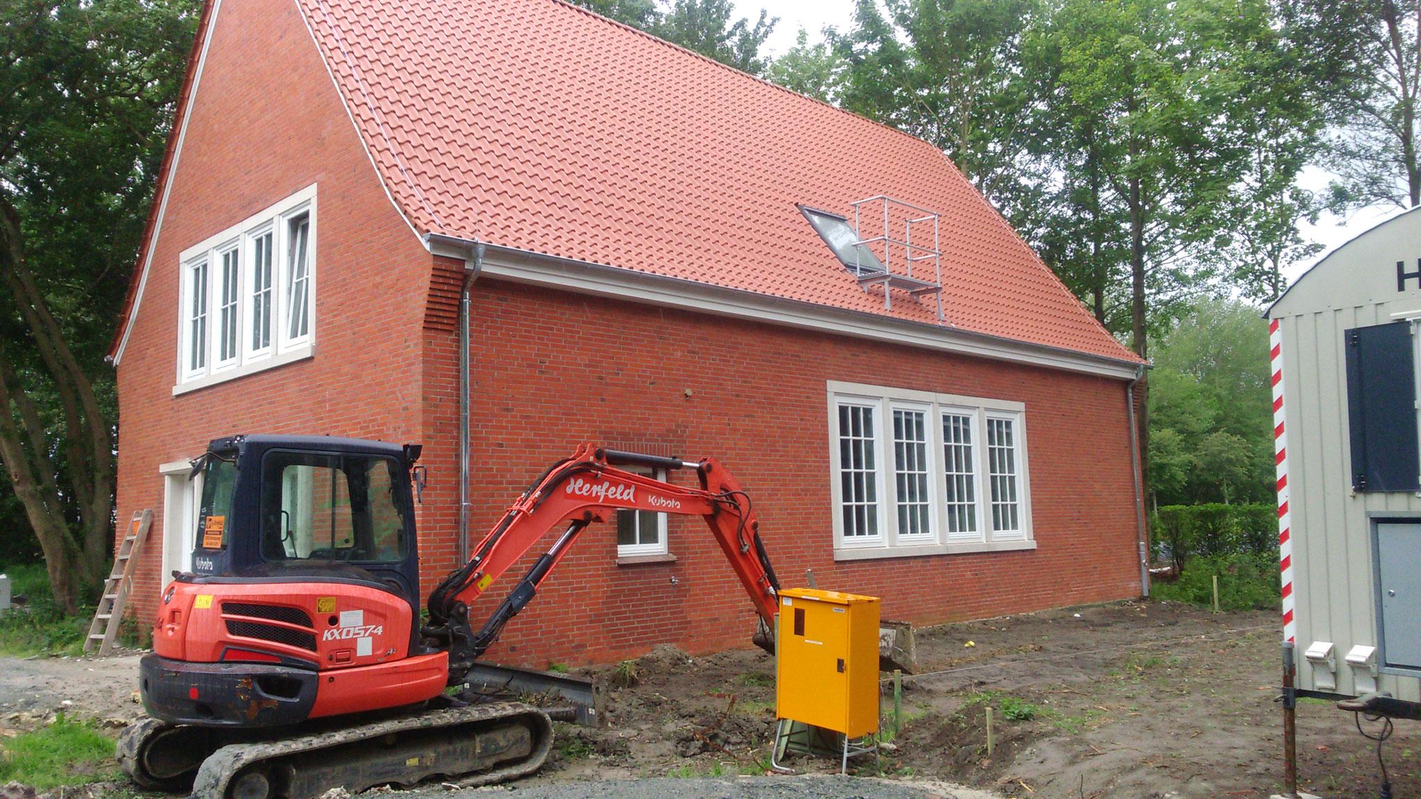 Das Dach wurde neu eingedeckt und die Vorbereitungen für die Wege haben begonnen