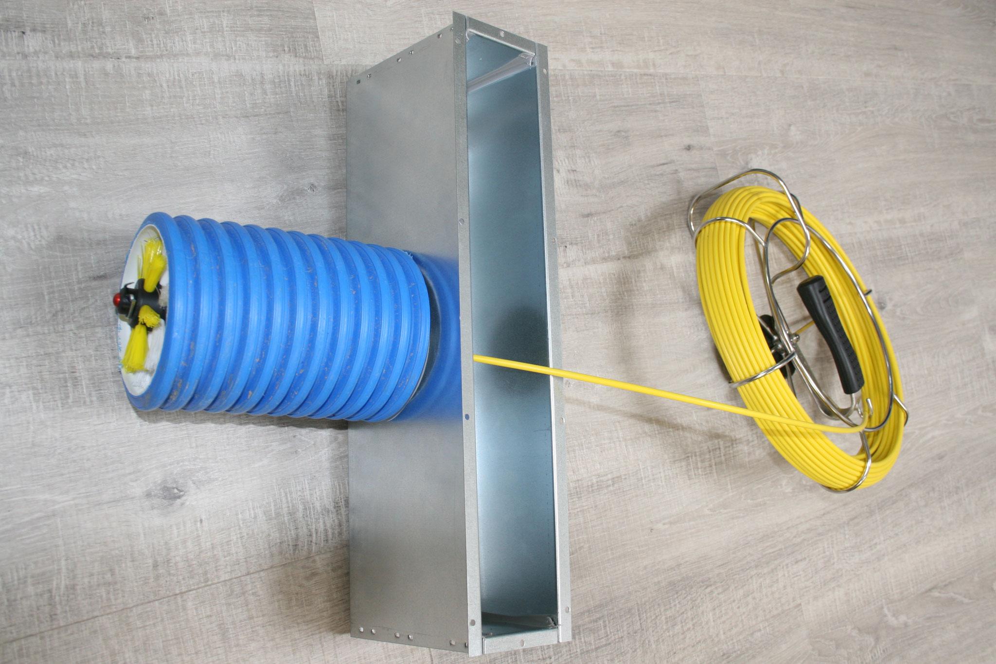 Mit der Handwelle kann auch via engste Zugänge gereinigt werden. Im Bild eine Lüftungsbox mit 7cm Breite!