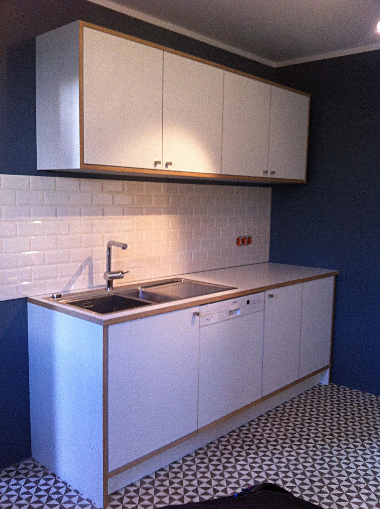 Küchenzeile und Hängeschränke mit einer Oberfläche aus HPL (bekannt von Küchenarbeitplatten) mit Kanten aus Eiche