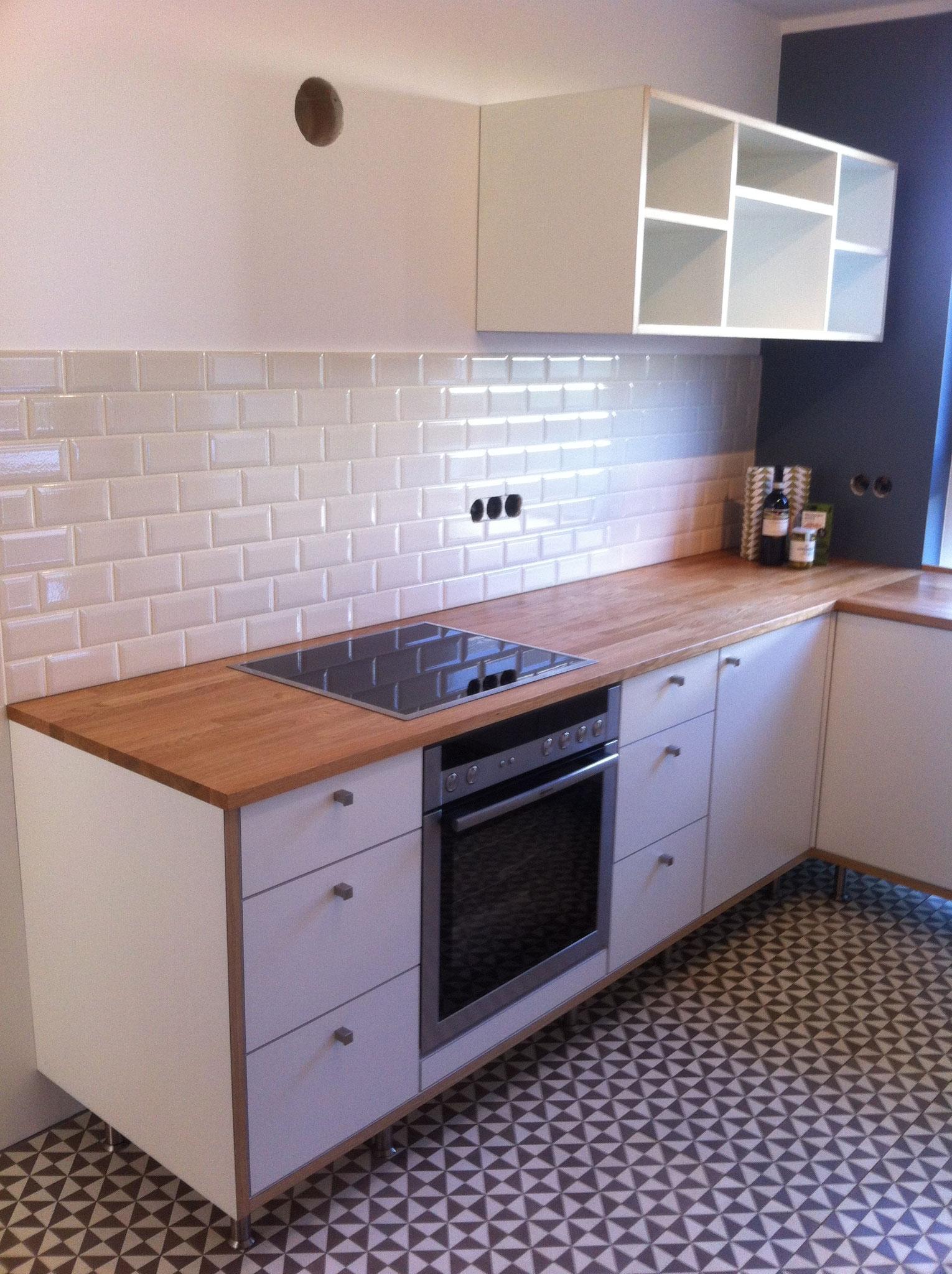 Küchenzeile mit umlaufenden Kanten aus Eiche