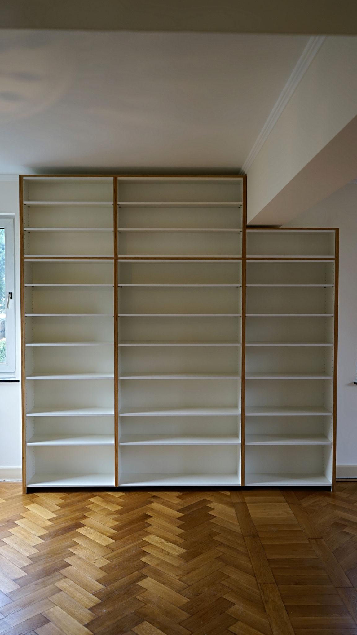Bücherregal aus hochwertiger beschichteter Spanplatte mit Kanten aus Eiche