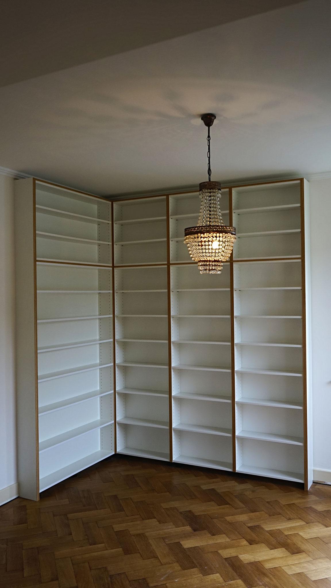 Deckenhohes Bücherregal mit viel Platz für die liebsten Lesestücke