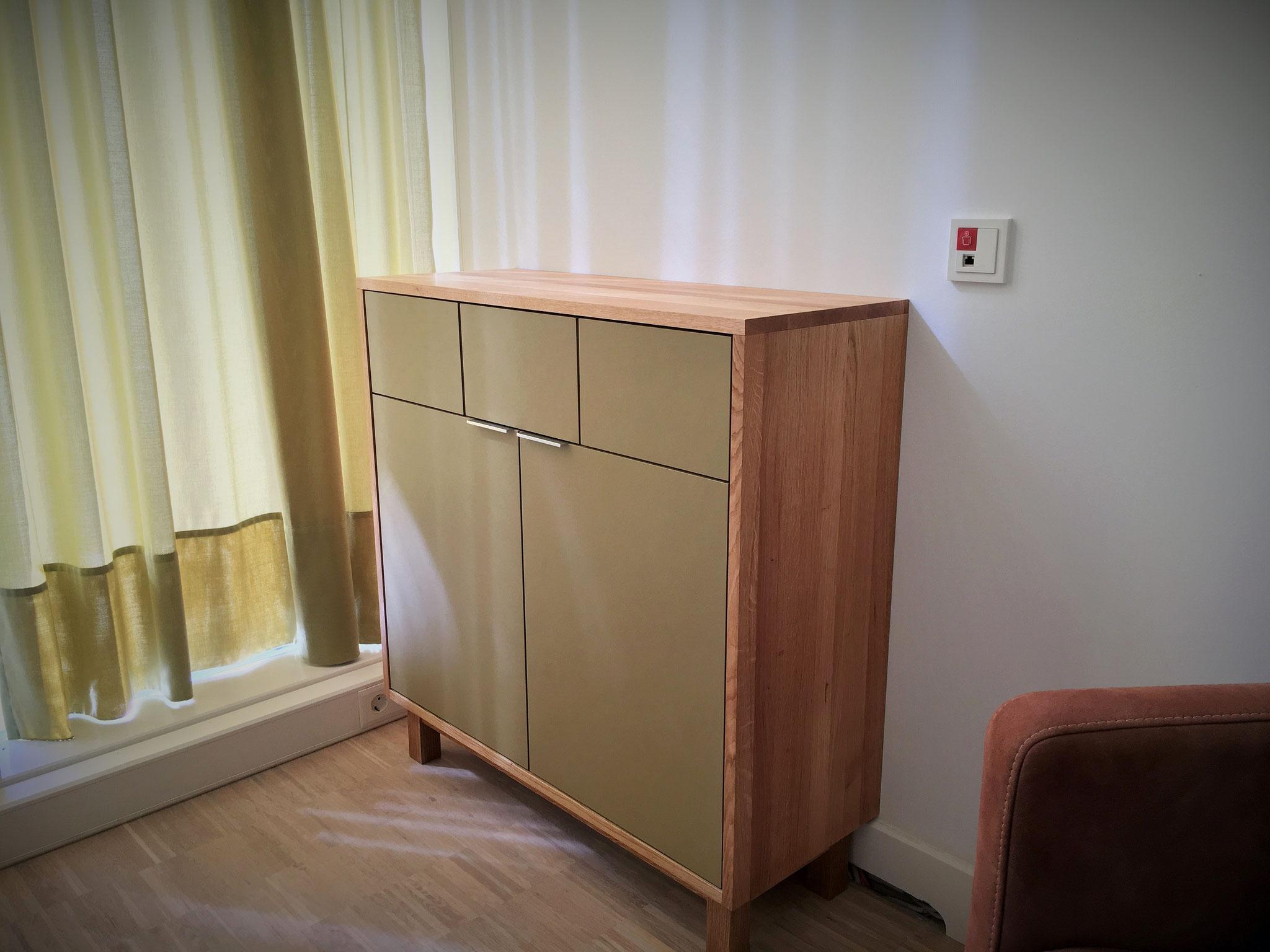 Schrank für ein Behandlungszimmer aus Eichenholz mit Fronten aus Linoleum mit eingebautem Wäschekorb und Mülleimer