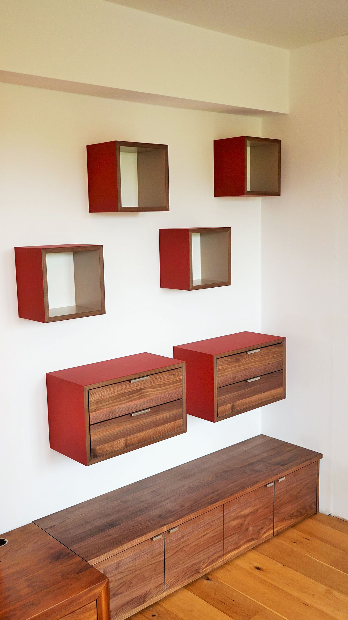 Regal- und Stauraumlösung für eine Nische - Würfel aus rotem Linoleum - Fronten und Korpus sind aus Nussbaum