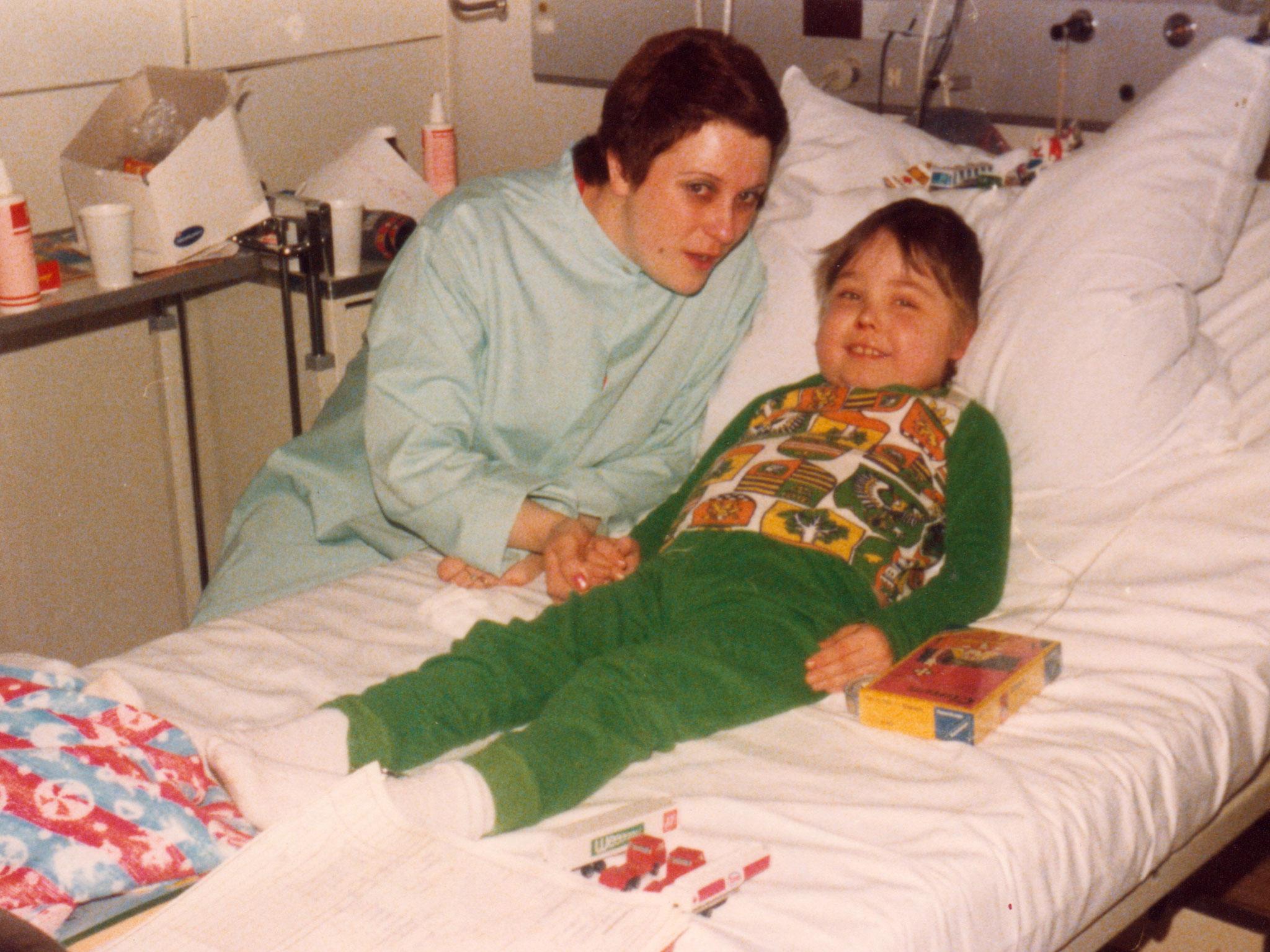1980 Nach der ersten Nierentransplantation in der chirurgischen Klinik Station 6 Wach, Meine Mutter und ich.