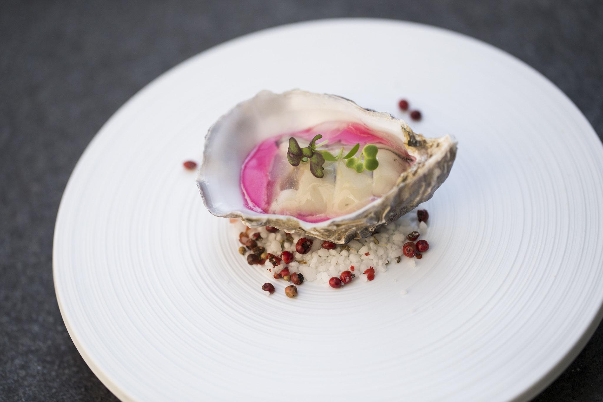 Huitre Spécial, bavaroise de betterave au vinaigre de framboise, gelée d'eau de mer