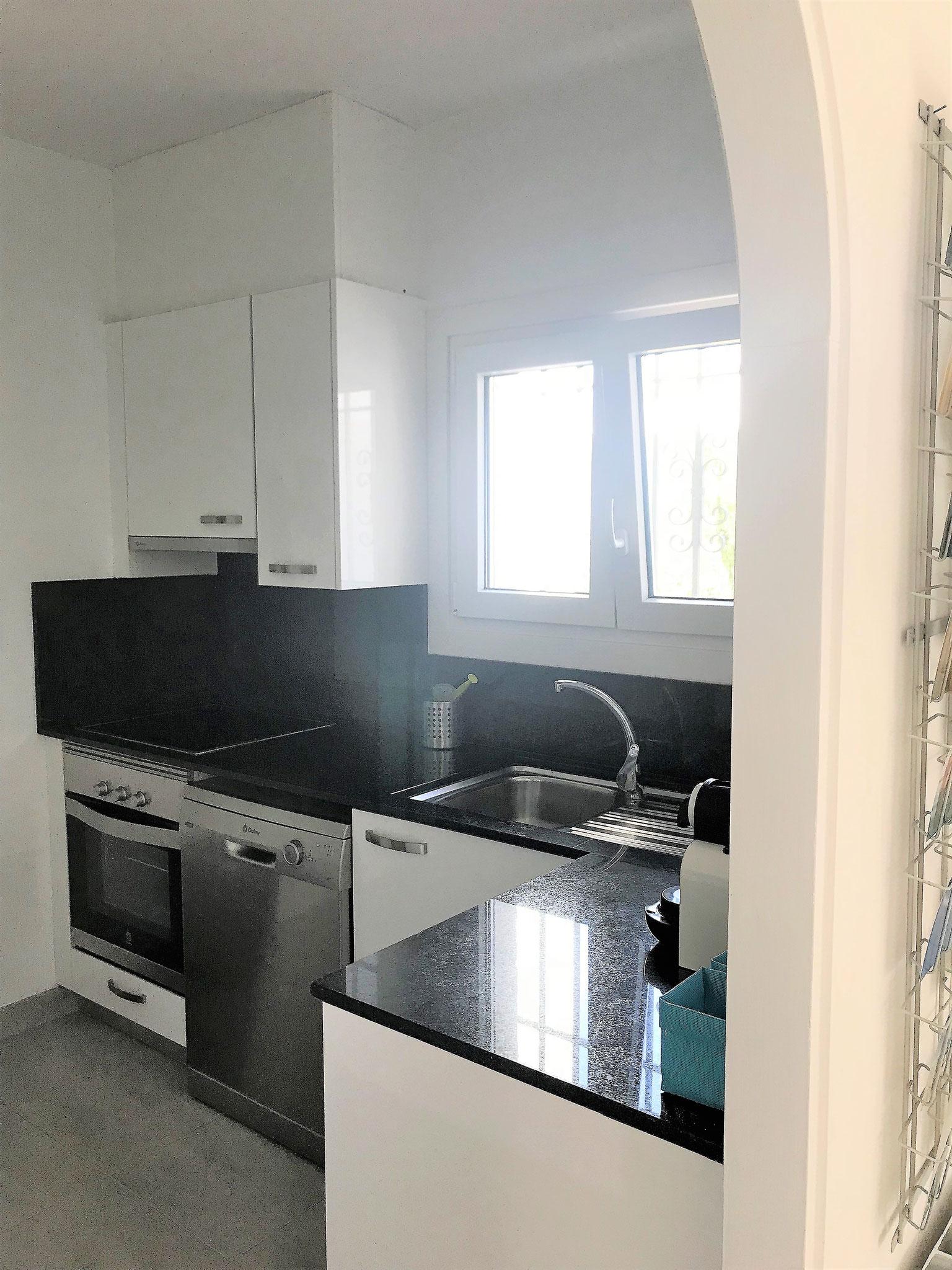 Küche mit Umluftbackofen und Abwaschmaschine