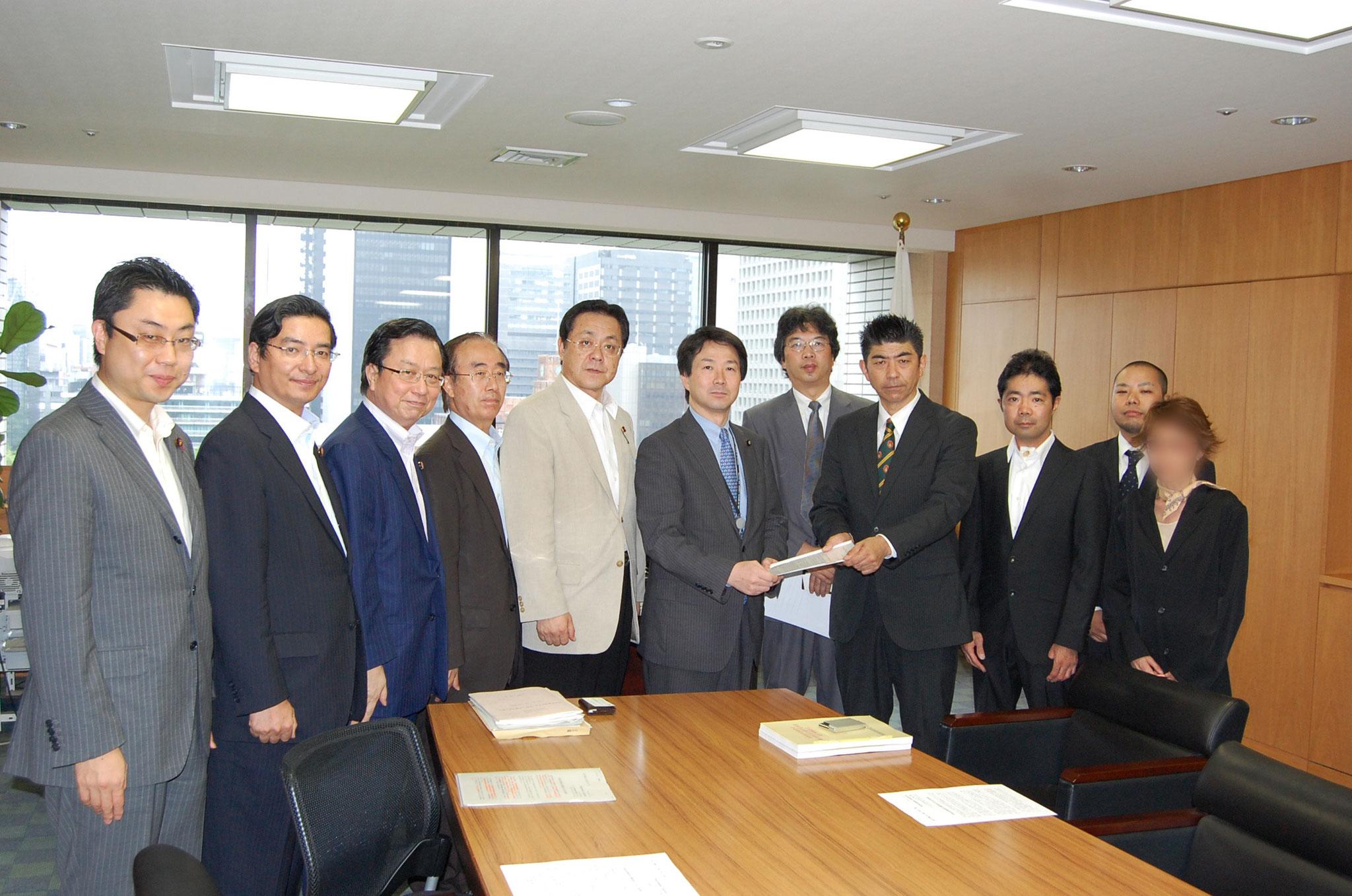 2011年7月 厚生労働省へ第2回難病認定嘆願署名約21万人分を提出(合計25万人)