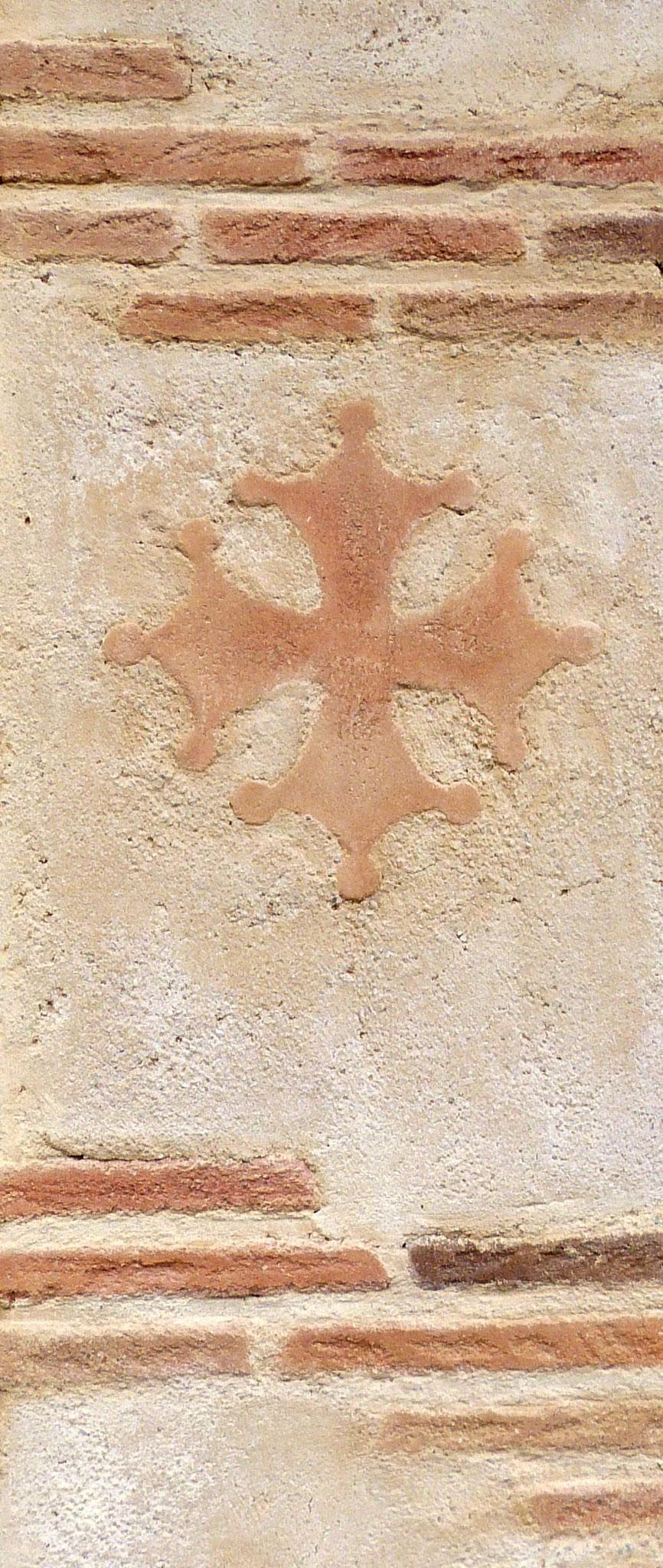 Fausses briques, croix occitane fausse terre cuite et enduit chaux vieilli