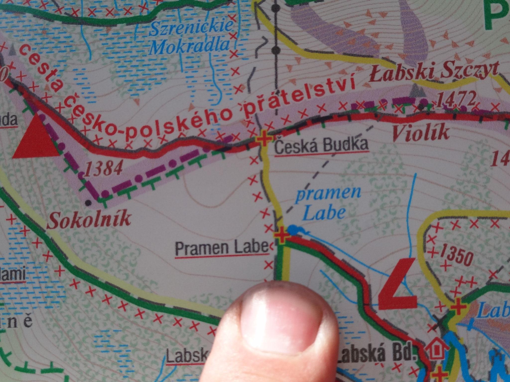 Die Elbquelle befindet sich im Norden Tschechiens an der Grenze zu Polen, am Hauptkamm des Riesengebirges. Sie liegt nordwestlich von Špindlerův Mlýn (Spindlermühle) zwischen den Bergen Kotel (Kesselkoppe), Szrenica (Reifträger) und Vysoké Kolo (Hohes Rad