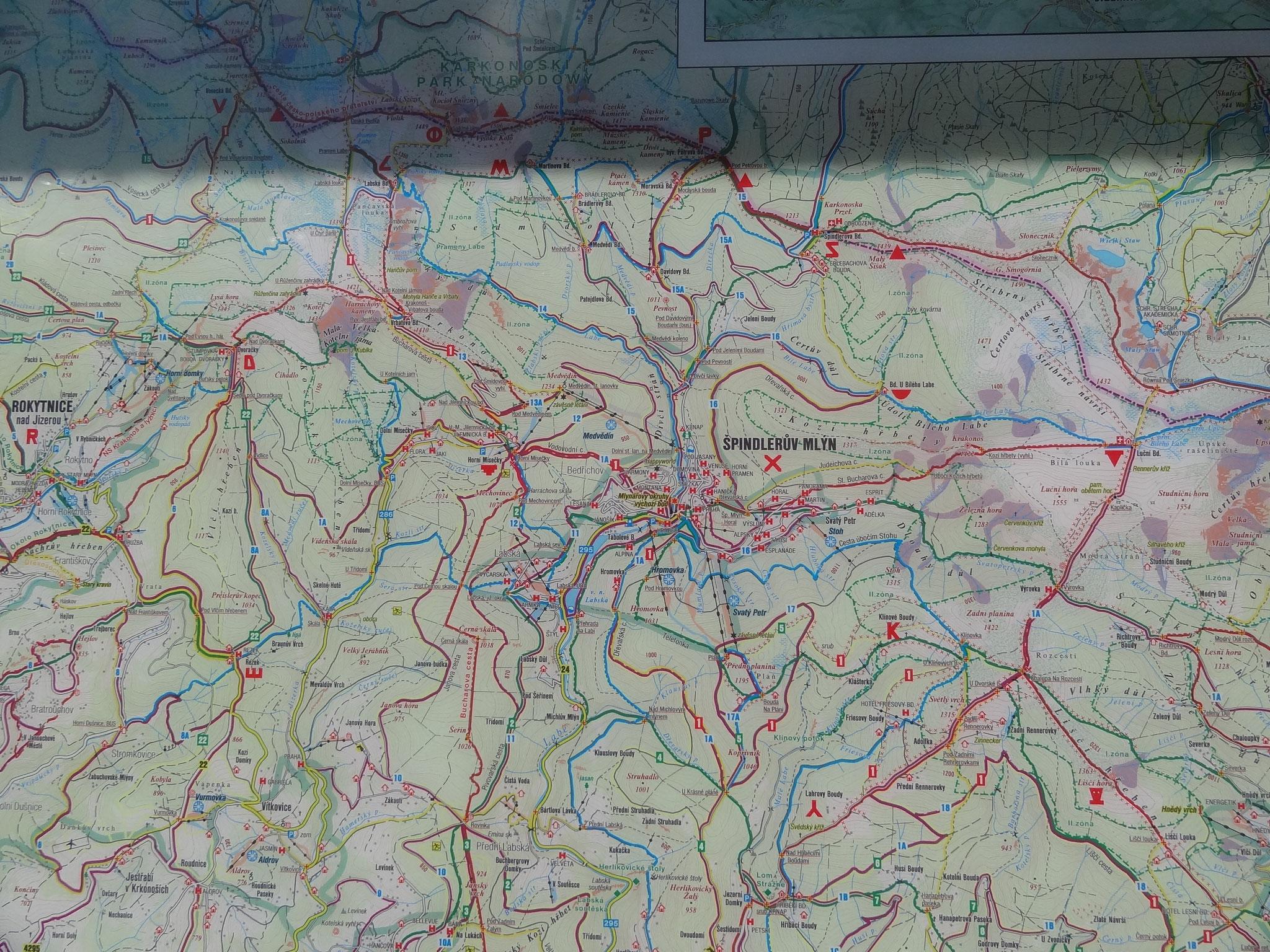 Die Elbe entspringt im Riesengebirge (Krkonoše) in einer Höhe von fast 1400 m, etwa 7,5 km nordwestlich des tschechischen Ortes Špindlerův Mlýn (Spindlermühle), 400 m von der Grenze zu Polen entfernt. Kurz hinter dem Quellengebiet befindet sich der Elbfal