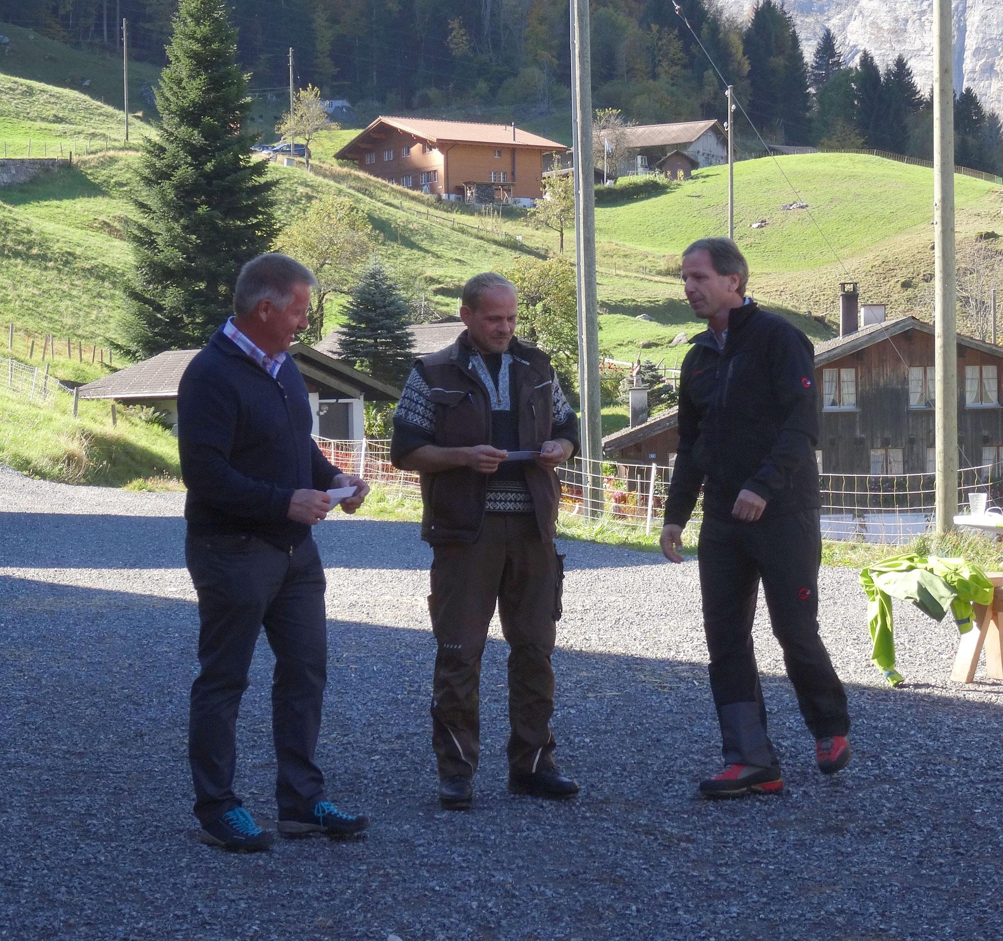 Der Präsident der Regionalkonferenz Oberland-Ost, Peter Flück, übergibt die Schecks an die Gewinner des Kulturlandschaftspreises 2017.