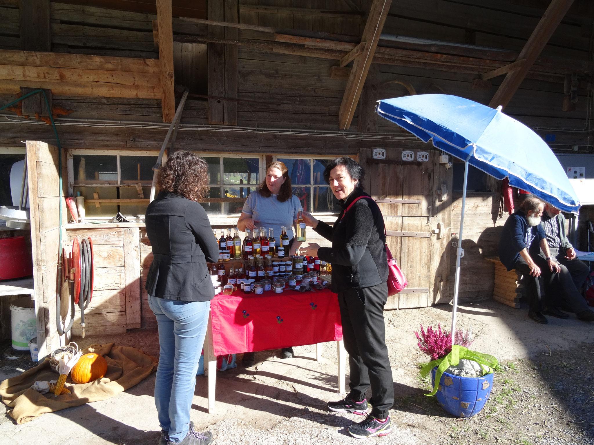 Daniela Kobel verkauft lokale Produkte an Andrea Schneideer und Antonietta Grosjean vom TOI.  Kontakt auch unter kraeuter.zauber@bluewin.ch