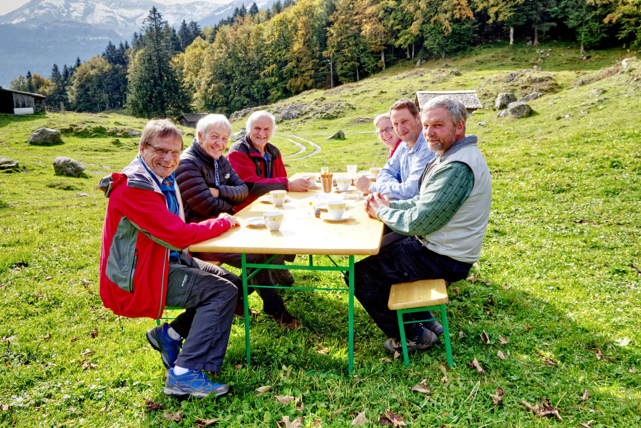 v. links: Peter Aeschimann, Roland Frutiger, Simon Kohler, Esther und Michael Flück sowie Ueli Abplanalp genossen den schönen Herbstmittag.