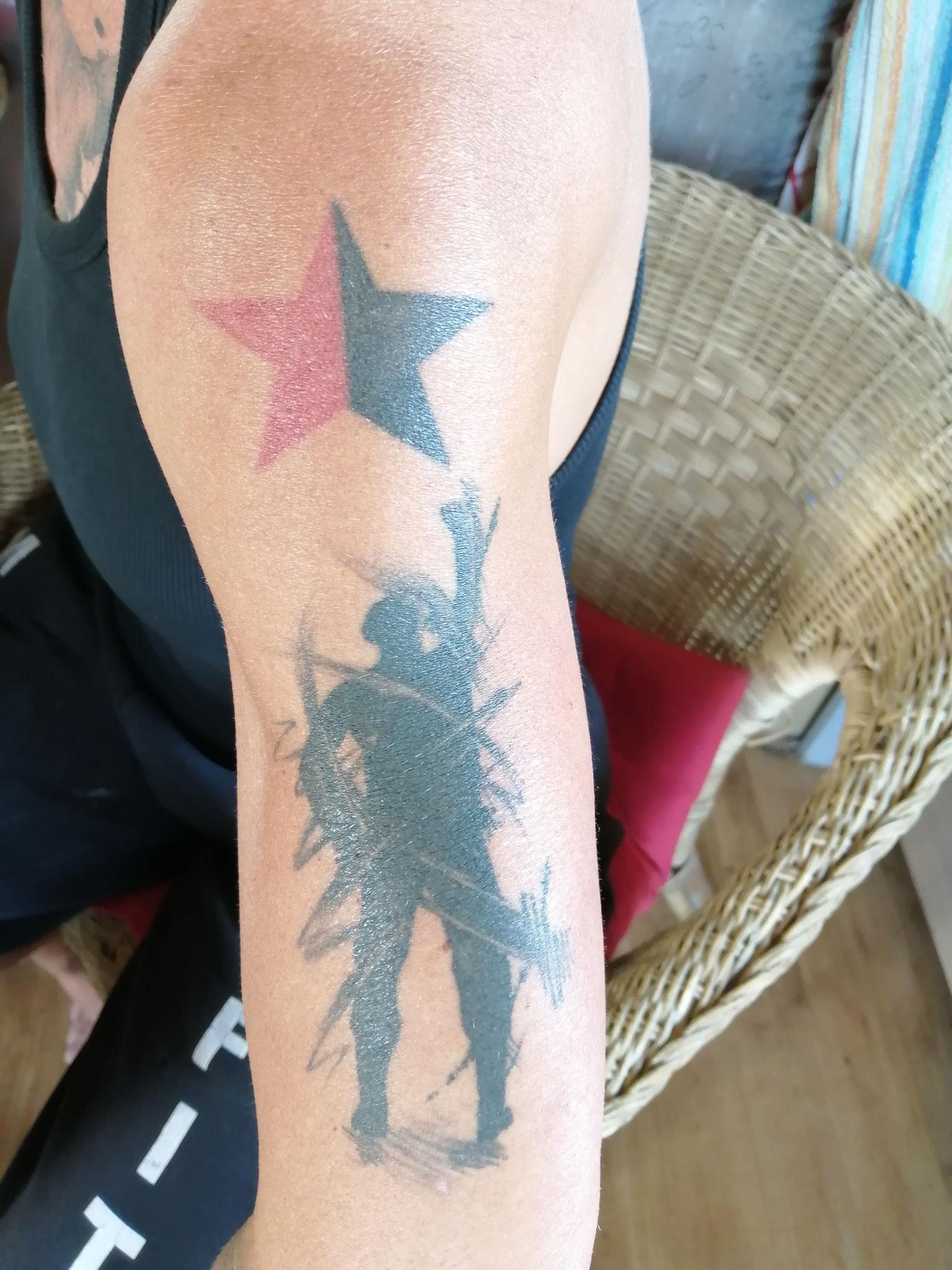 Der Stern war mein erstes Tattoo. Das untere ist ein Schattenbild von mir.