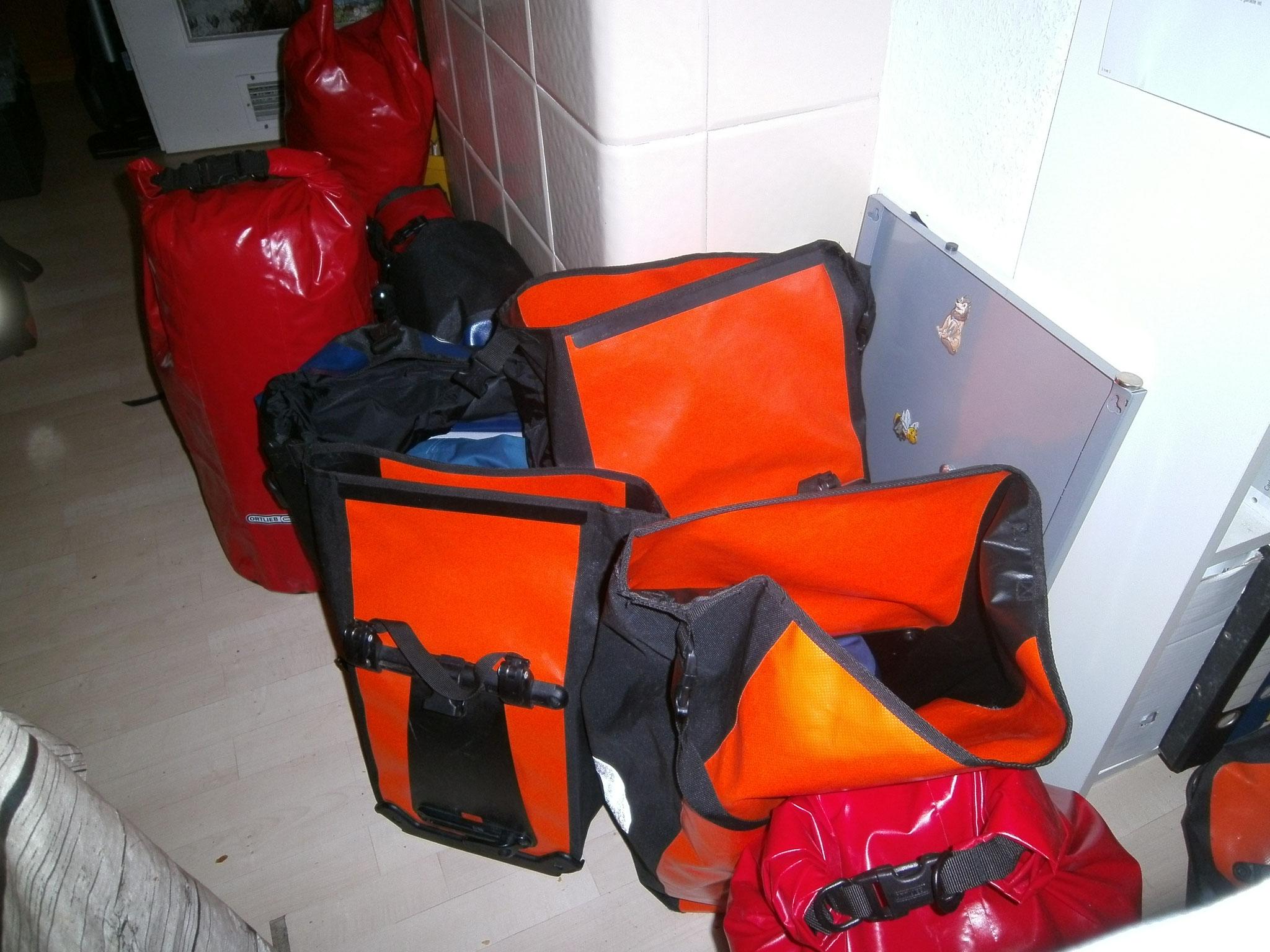 Packtaschen am Abend vor der ersten Etappe
