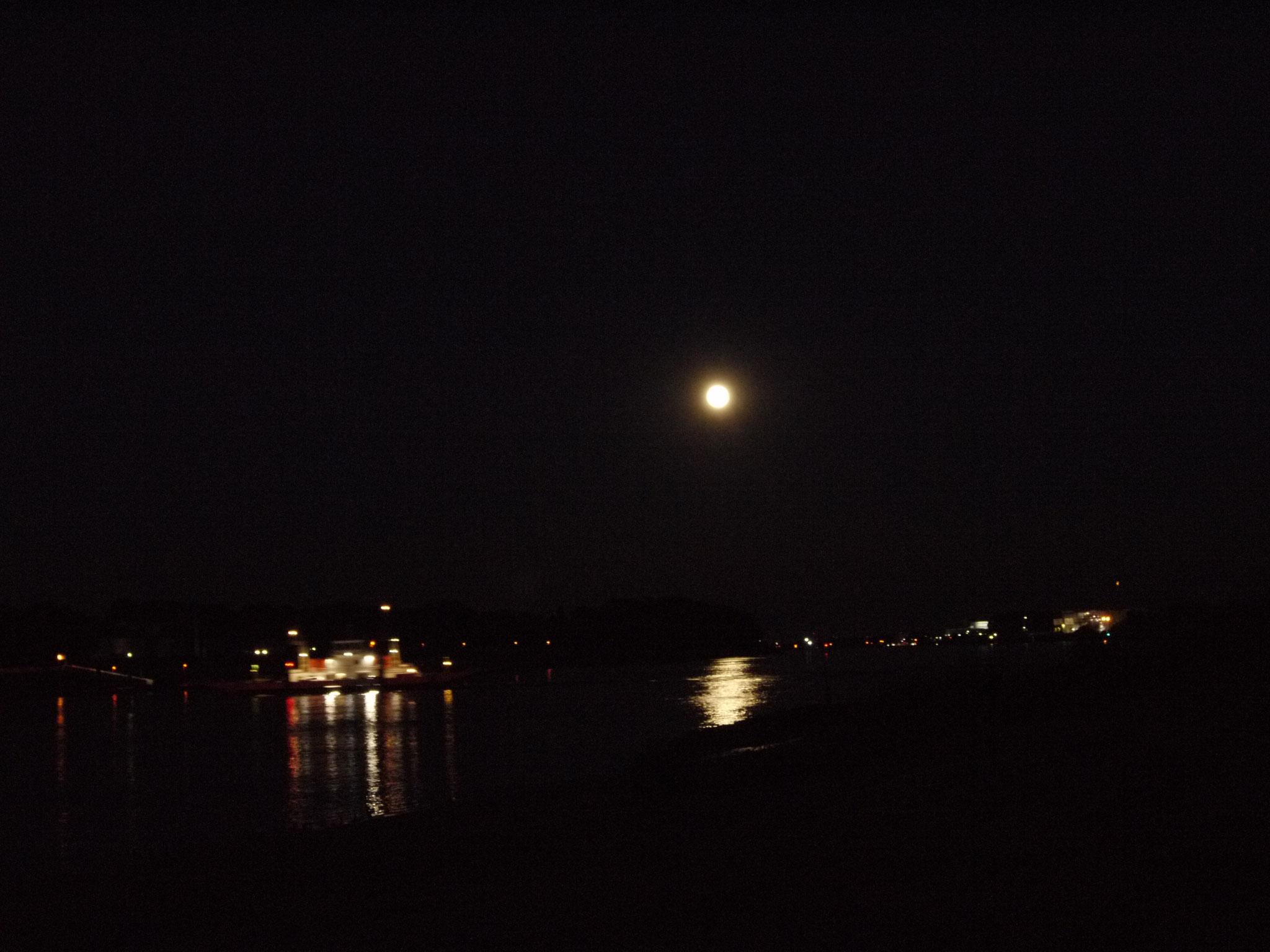 Vollmond über der Weser auf der Juliusplate