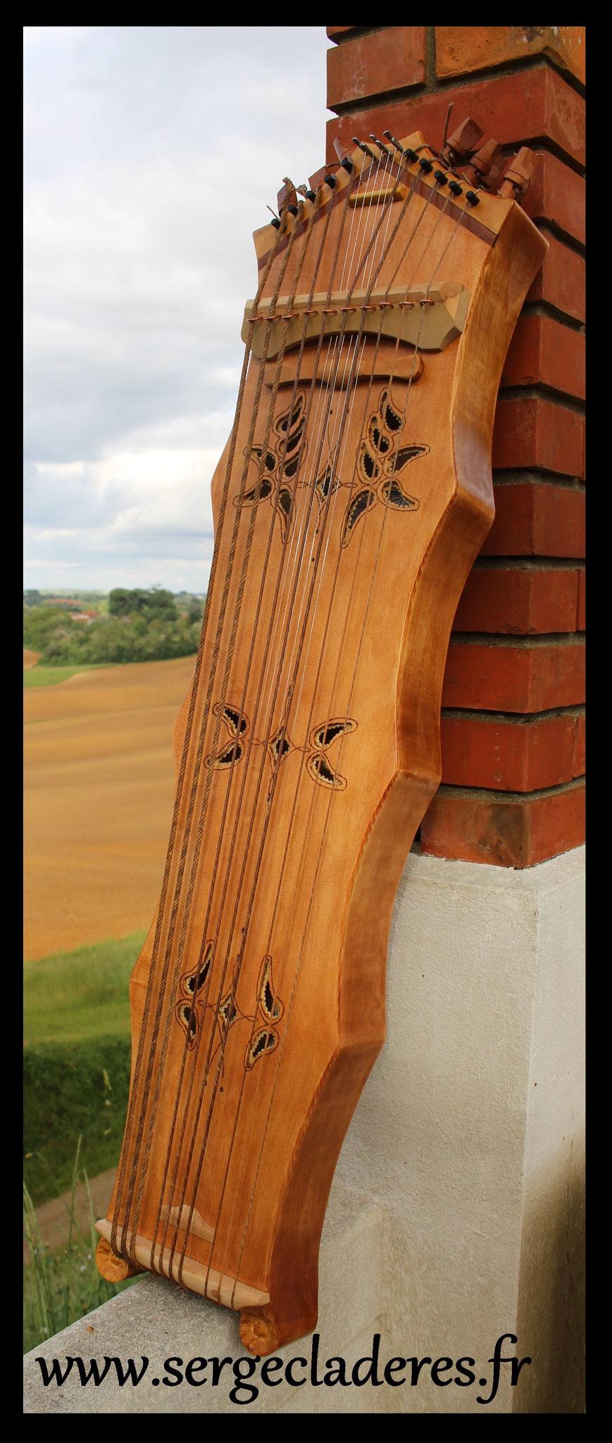 Tambourin à cordes à 2 accords, cordes sympathiques et rajout de parchemin. Modèle à 1597€