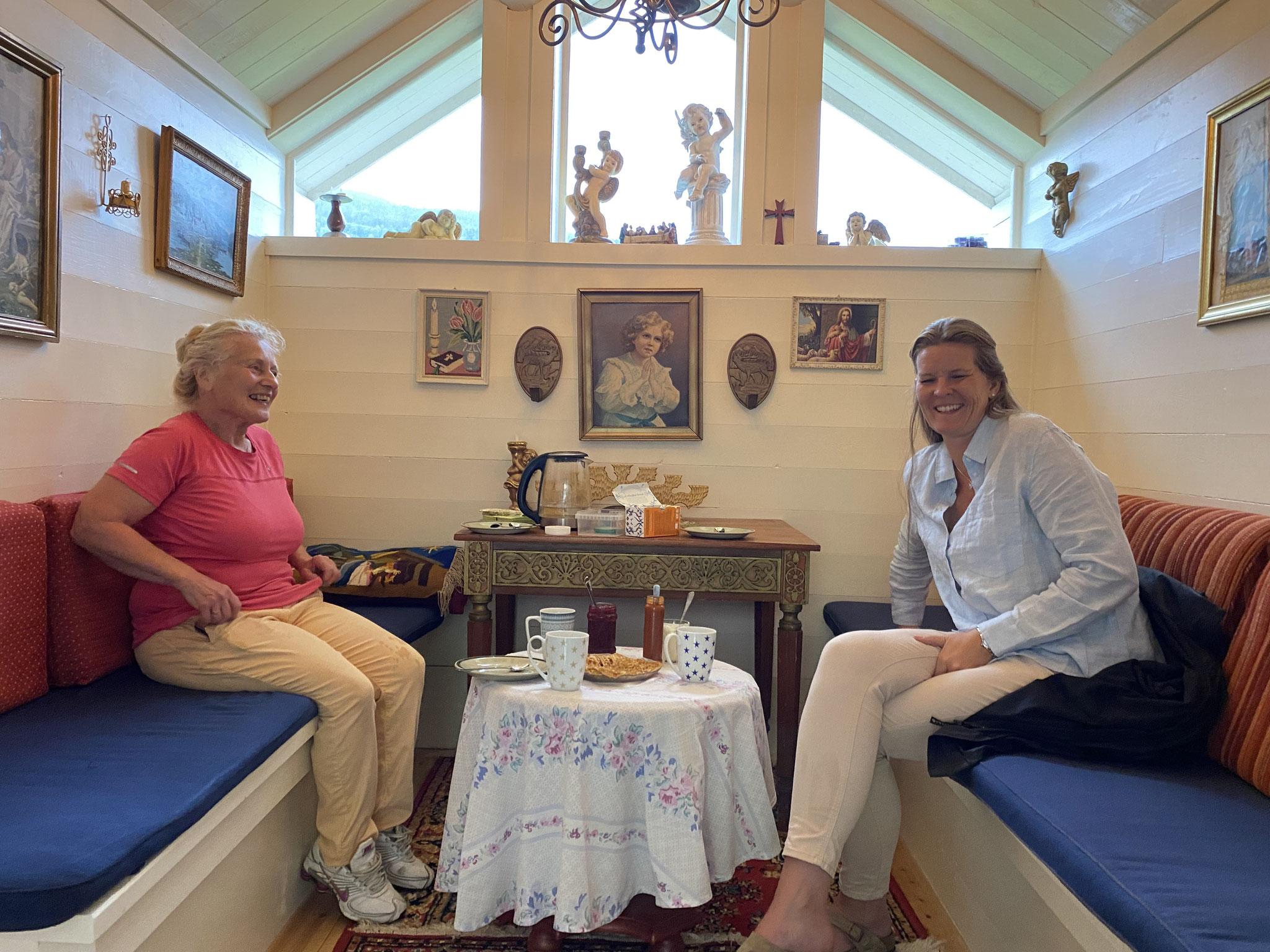 Silje Sjøtveit zu Besuch bei Gerd Solfrid Pålerud in der Kapelle