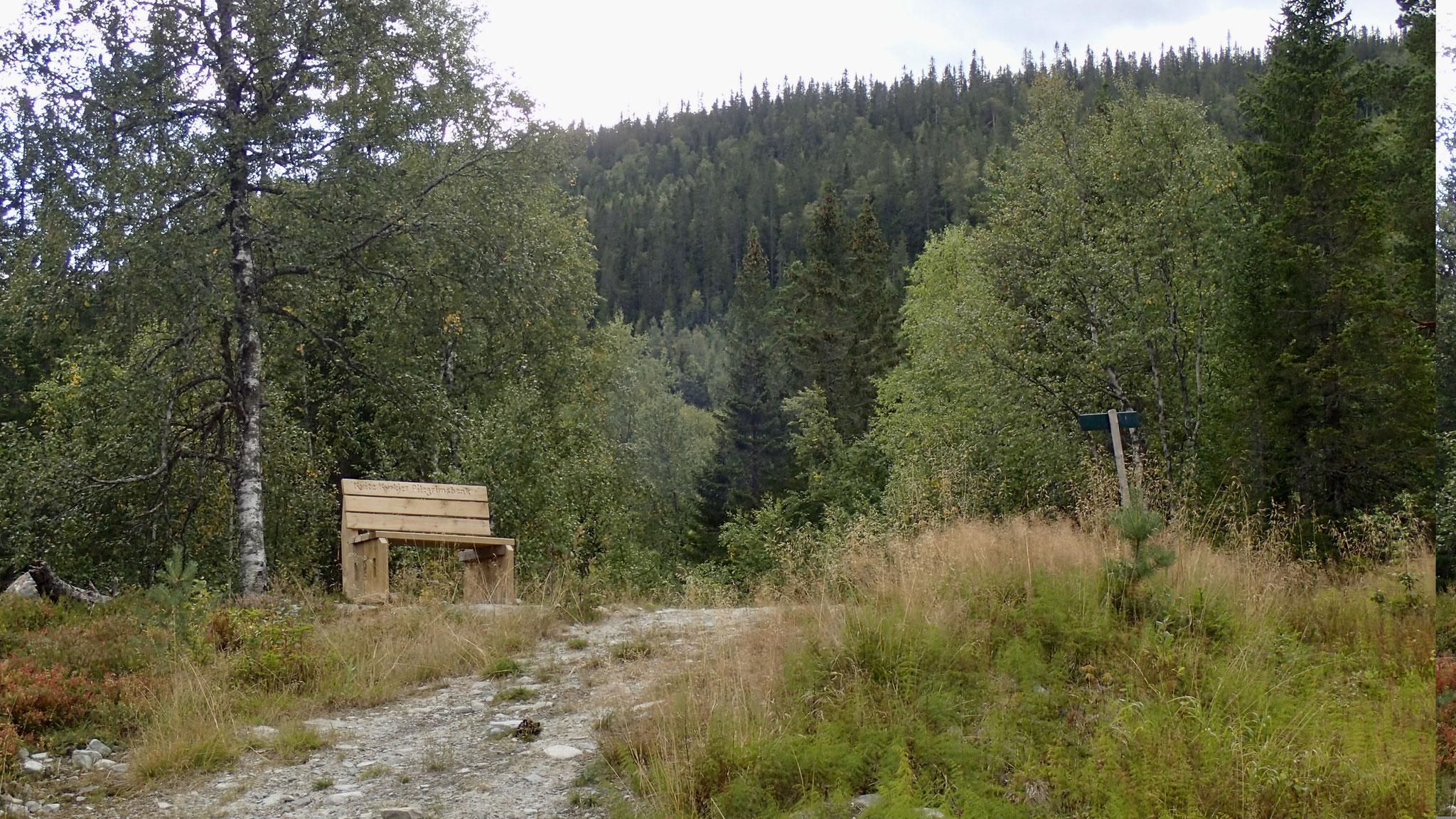 pilegrimsbenk, en velkommen pause etter 4 km oppover