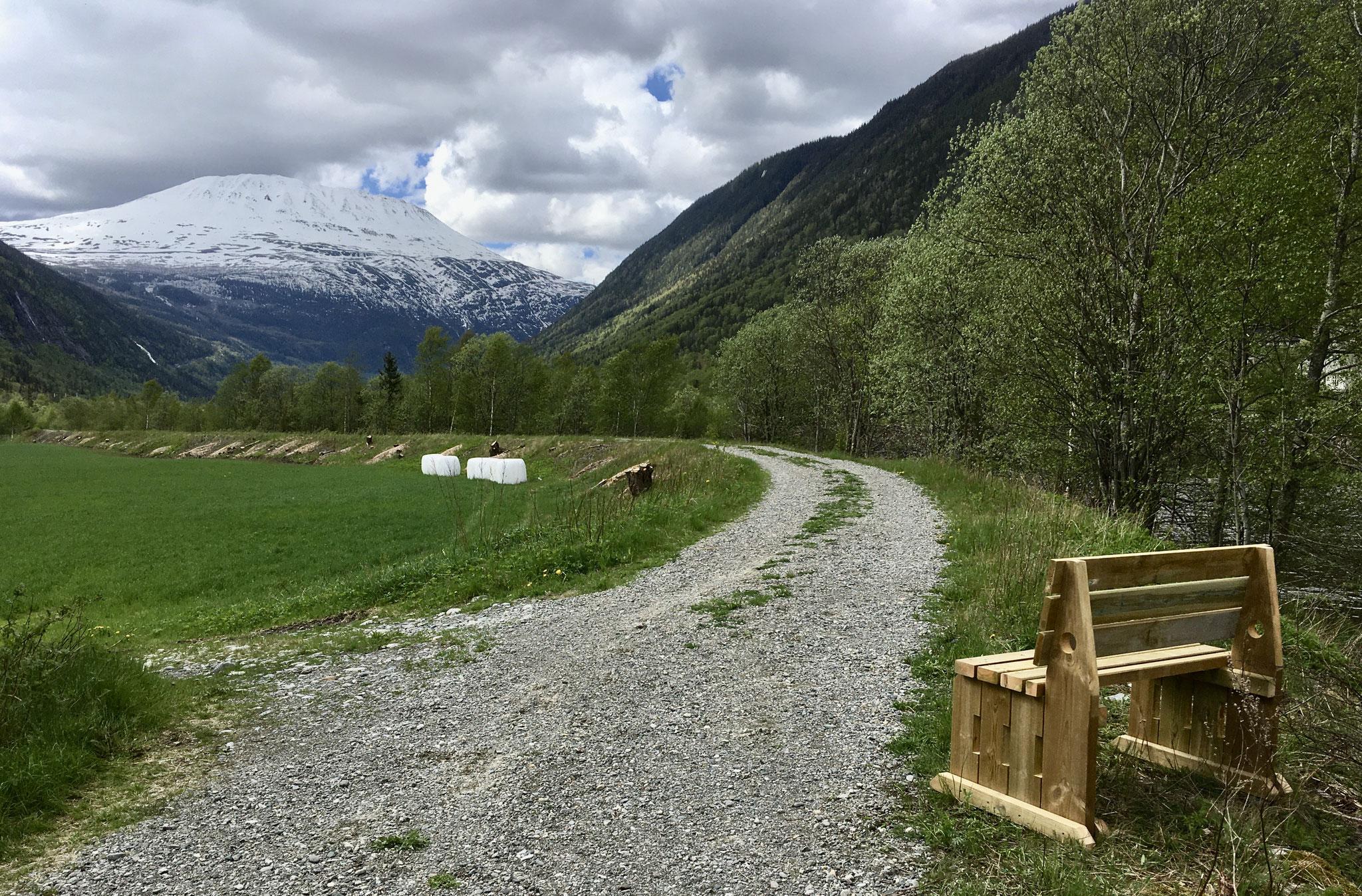 mitten zwischen Mæl und Dal steht diese Pilgerbank