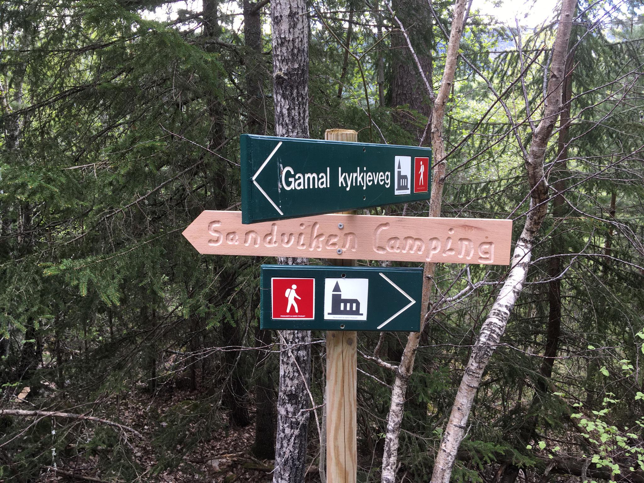 her kommer du ut fra gamel kirkesti på grusvei og tar deg til venstre mot Sandviken Camping