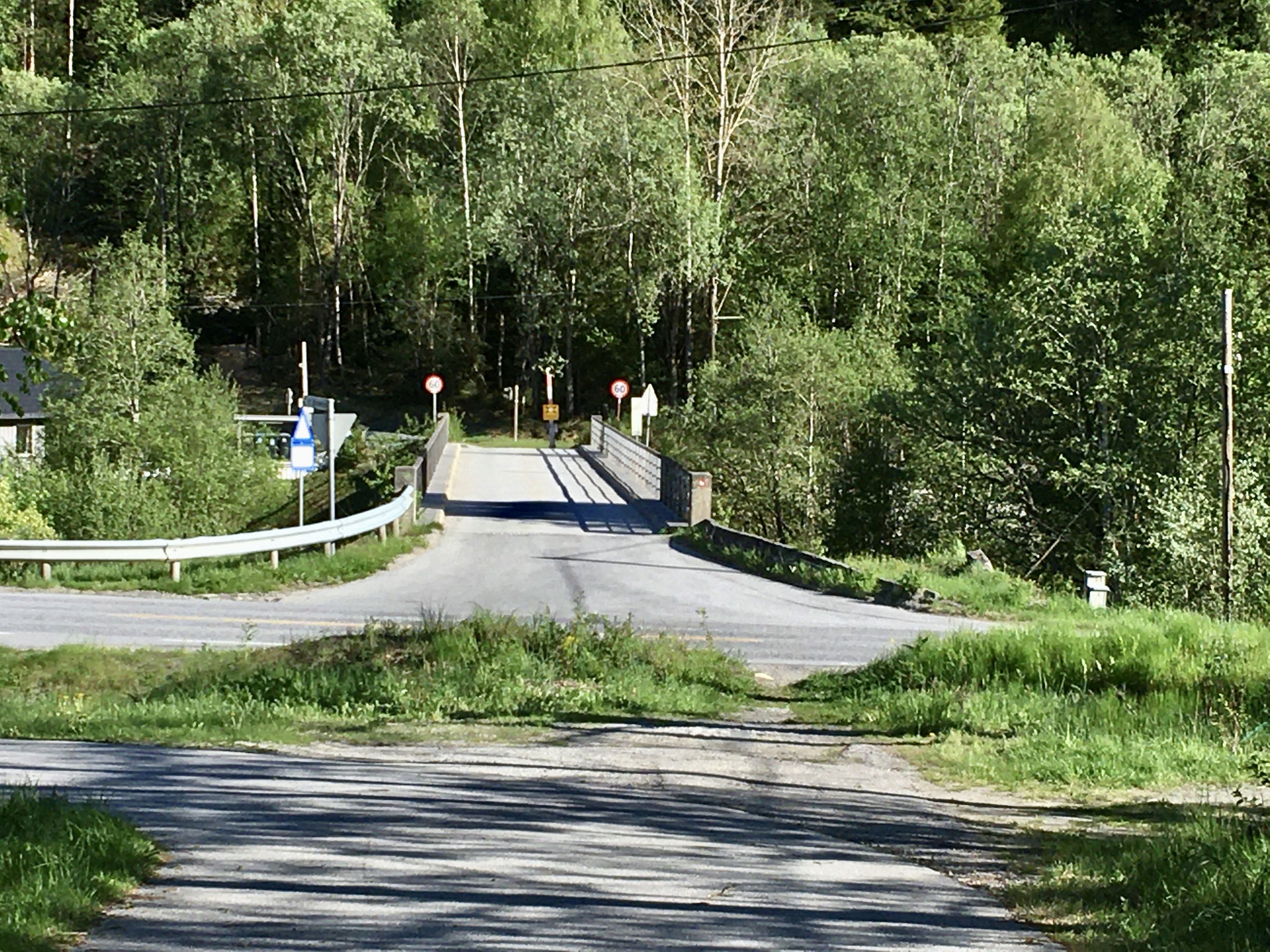 dann über die Hauptstraße  und die Brücke über die Måna