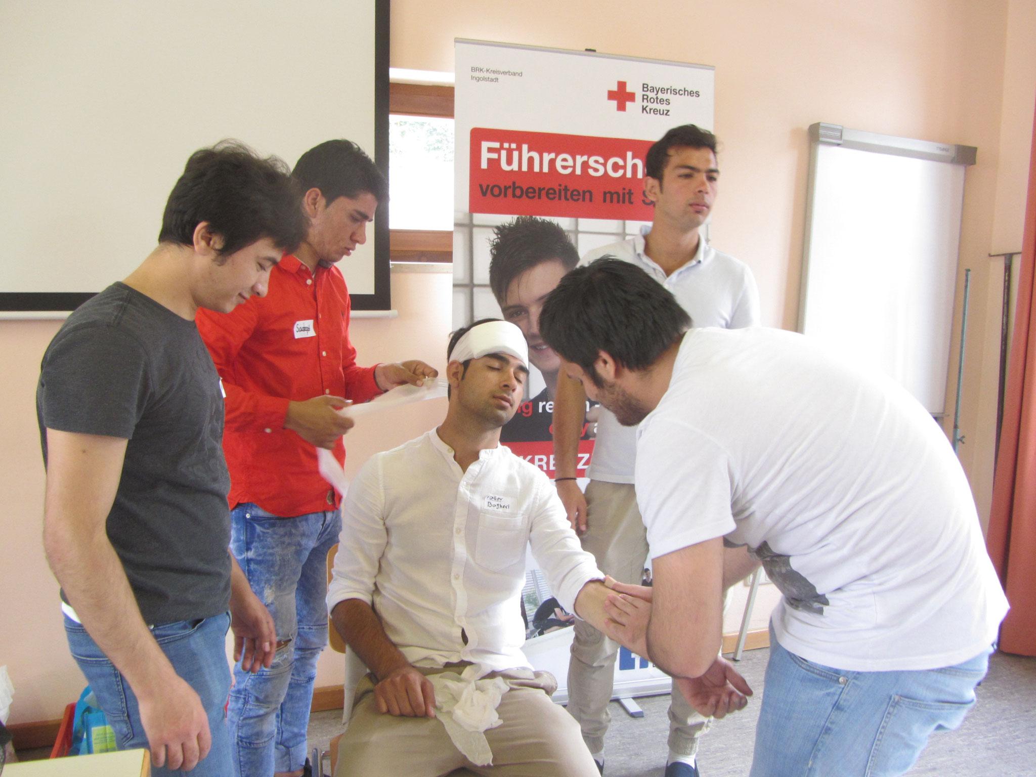 In Fallbeispielen konnten die Jugendlichen das Gelernte schnell umsetzen - vom Notruf über konkrete Erste-Hilfe Maßnahmen bis hin zur psychologischen Betreuung.