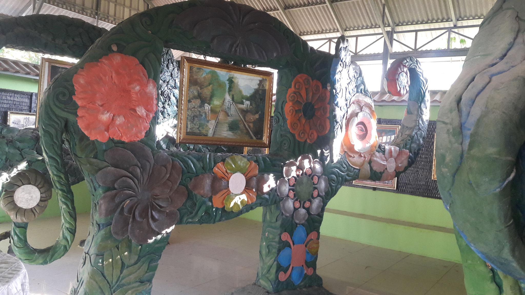 """Der """"Elefanten-Raum"""" wurde von einem kambodschanischen Künstler geschaffen. Die Elefanten sind so stabil, dass selbst ein Erwachsener auf ihnen Klettern kann."""