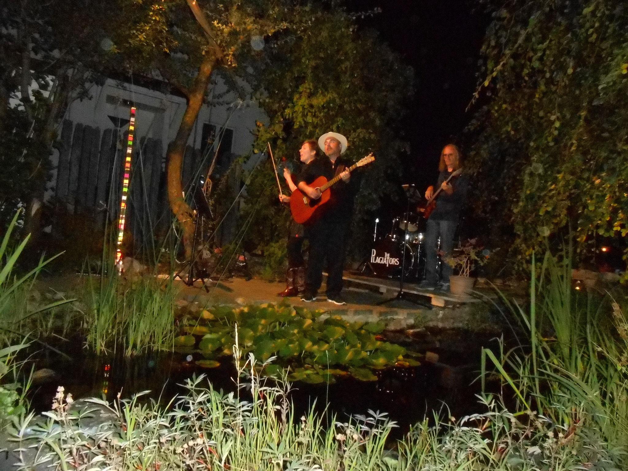 Bei Nacht dann war der Schlagzeuger ziemlich im Dunkeln...