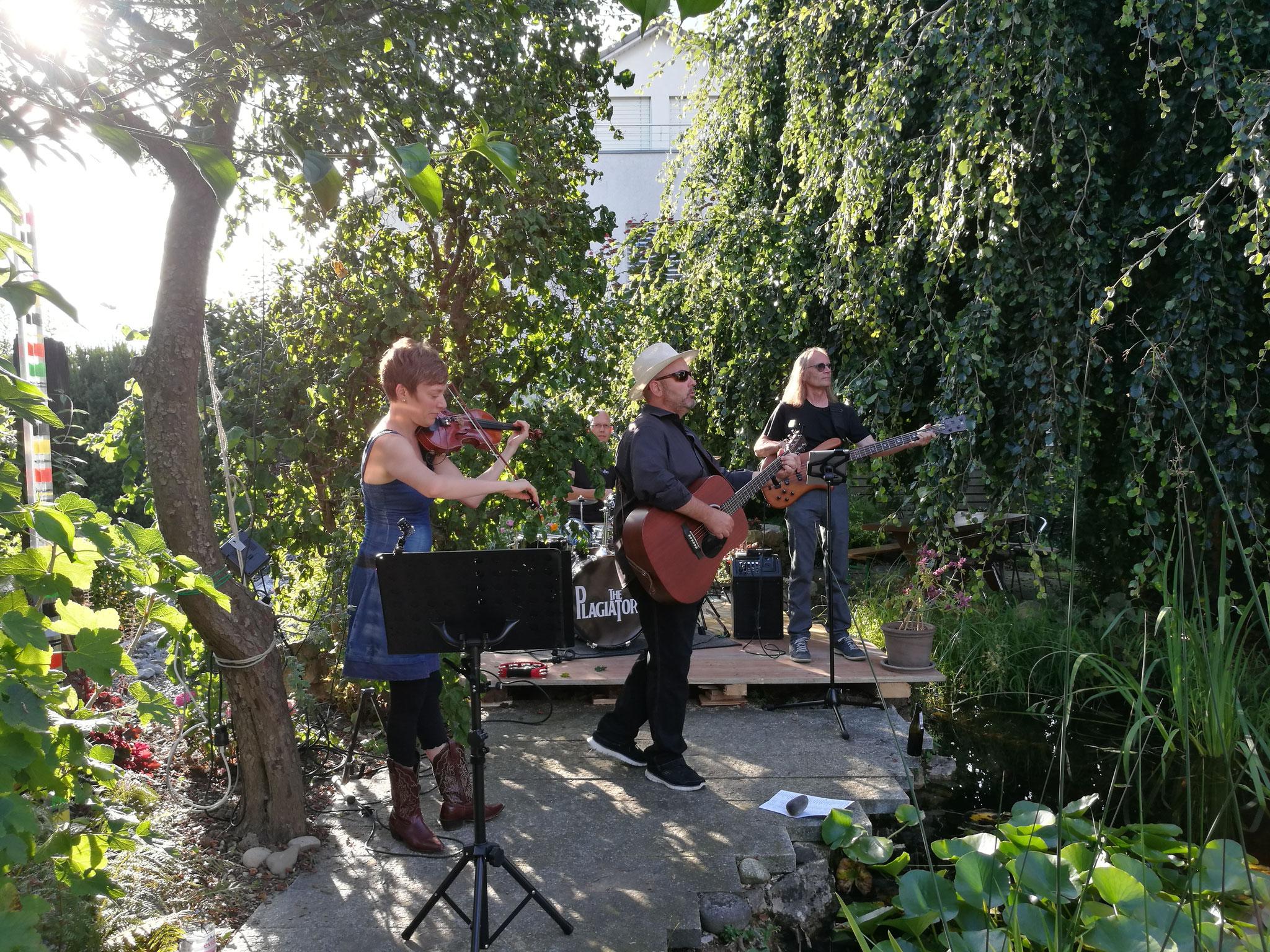 Band im Schilf: The Plagiators im Garten von Angie und Peter Schaufelberger