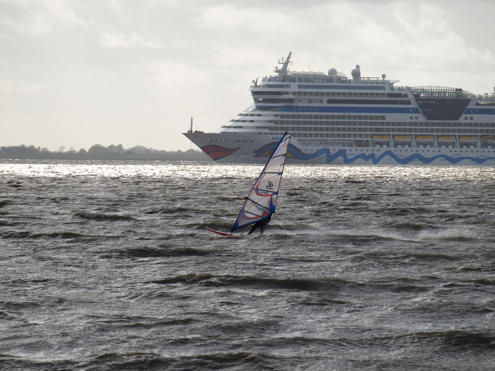 Auch für die zahlreichen Windsurfer ein reizvolles Panorama