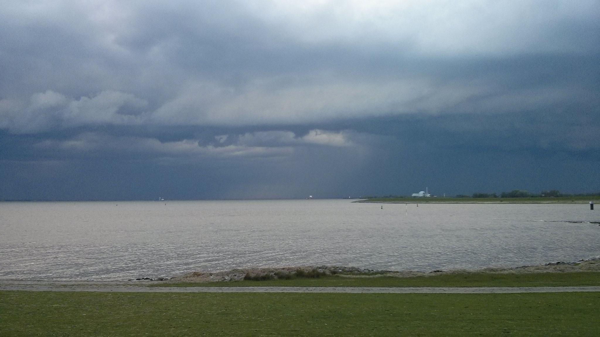 Von der Nordsee aufziehende Sturmfront - immer wieder faszinierend.