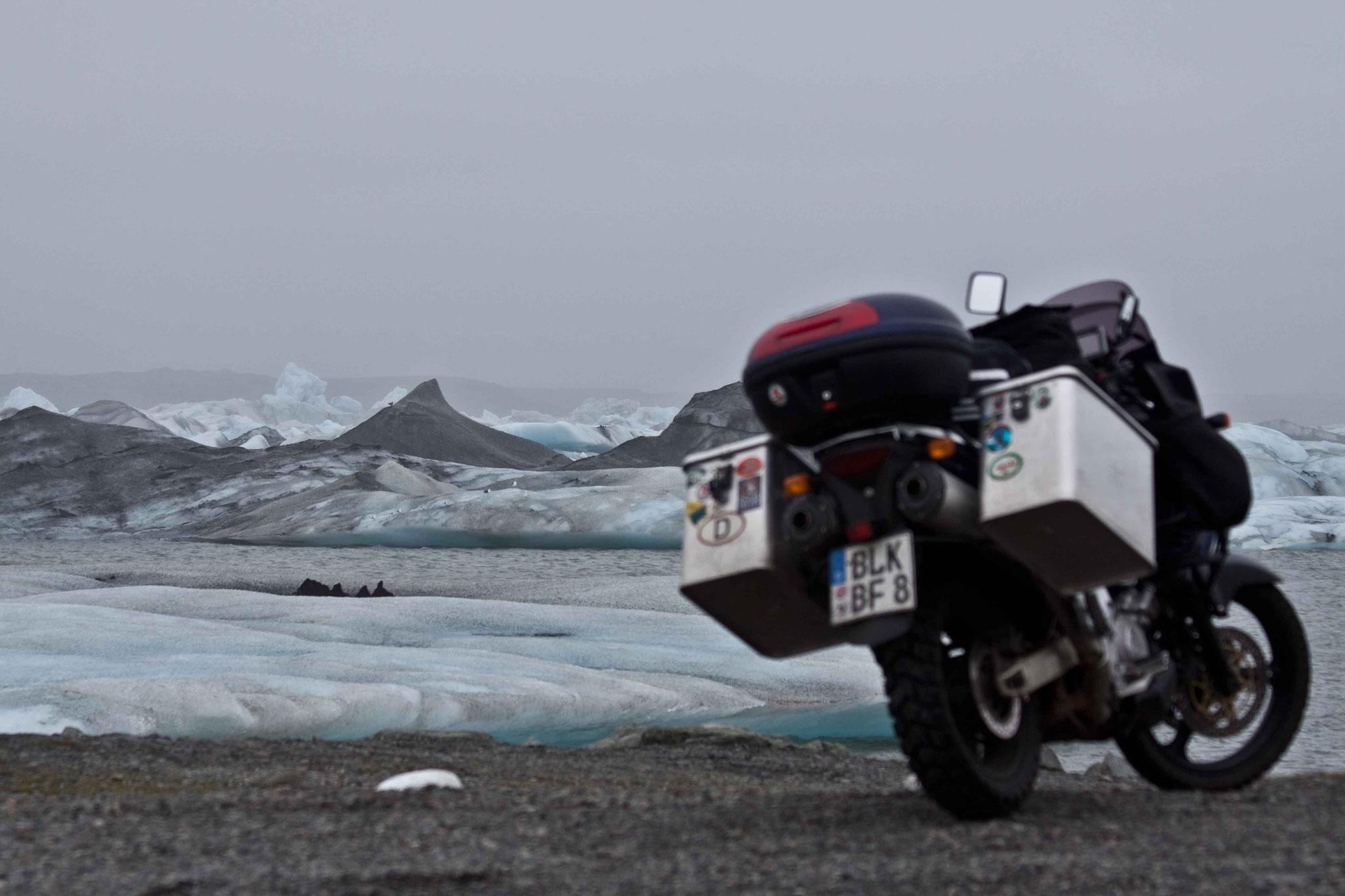 Der Gletscher, kurz bevor er sich ins Meer ergießt.