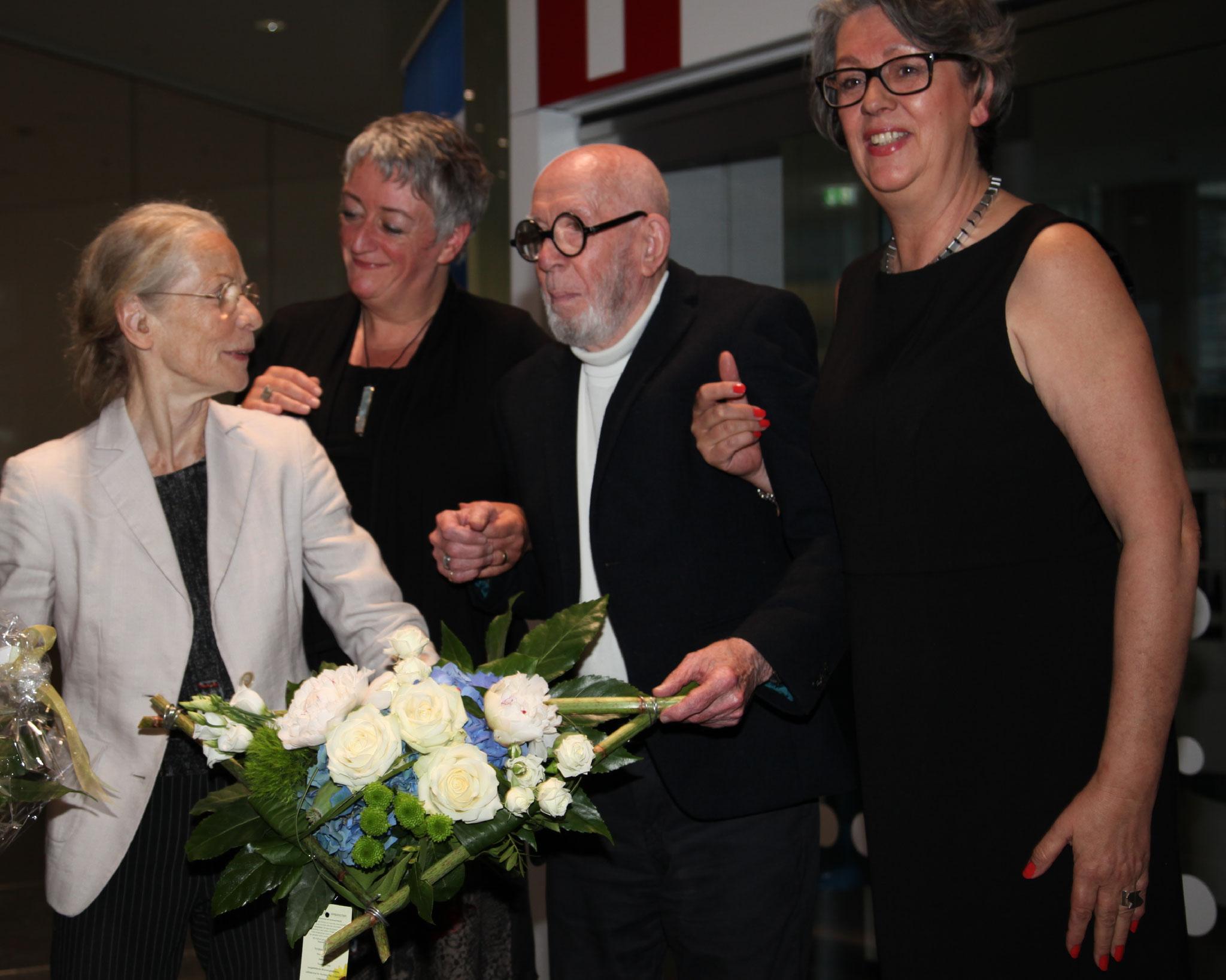 Die Preisträgerin bekommt auch Blumen