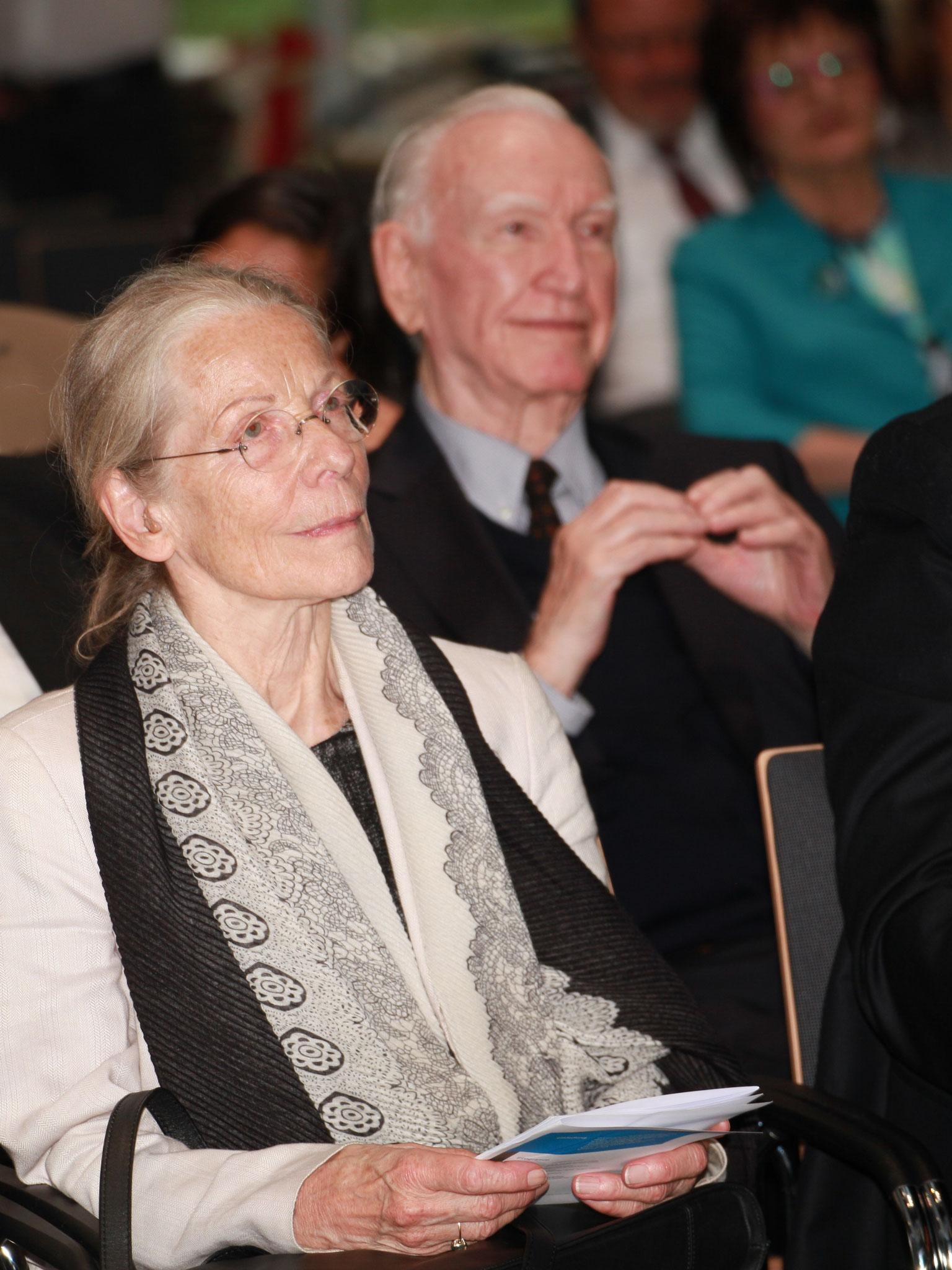 Die Preisträgerin Susanne Linke, im Hintergrund Stephan Bock (Ehrenmitglied des Kuratoriums)