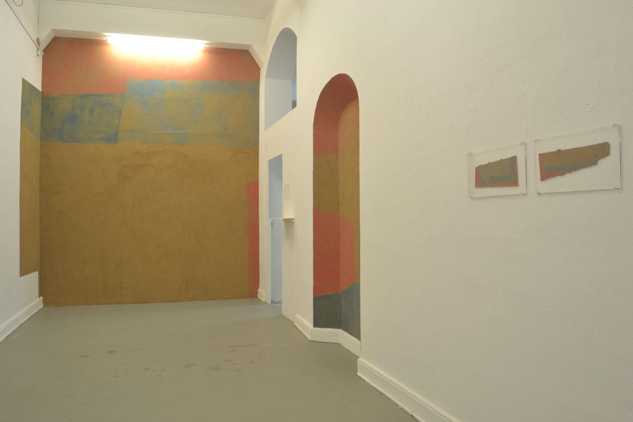 Spolium (II), 2017, Lehm und Wasserfarbe auf Wand, 330 X 460 X 940 cm
