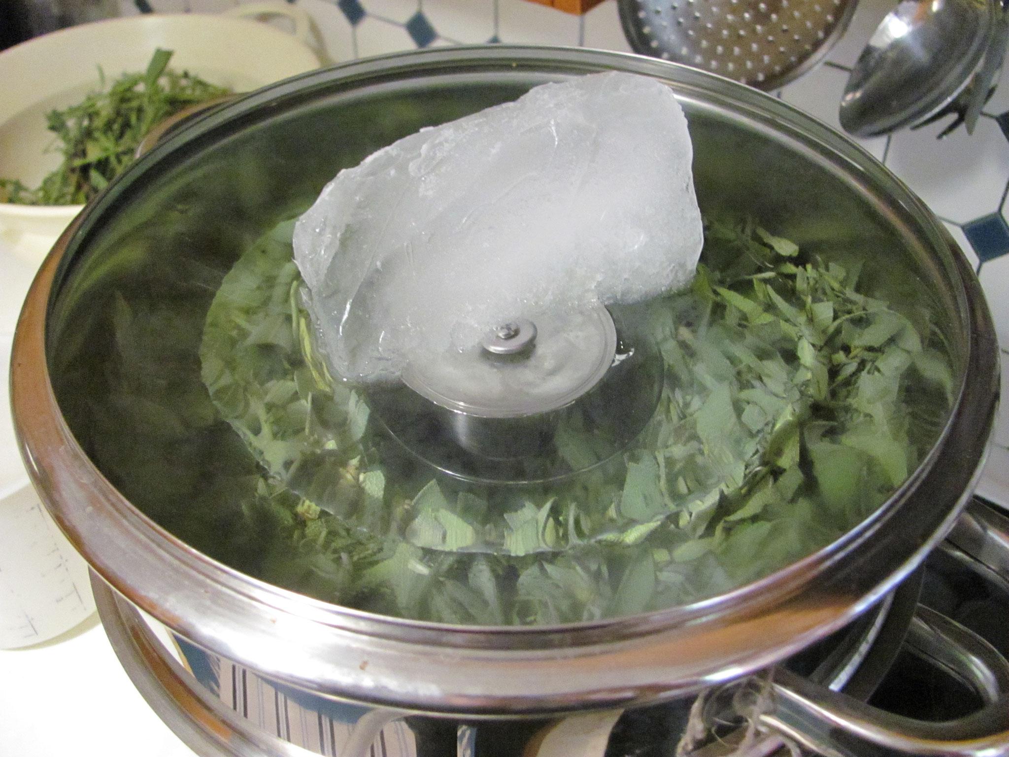 Eisbrocken auf den Deckel legen
