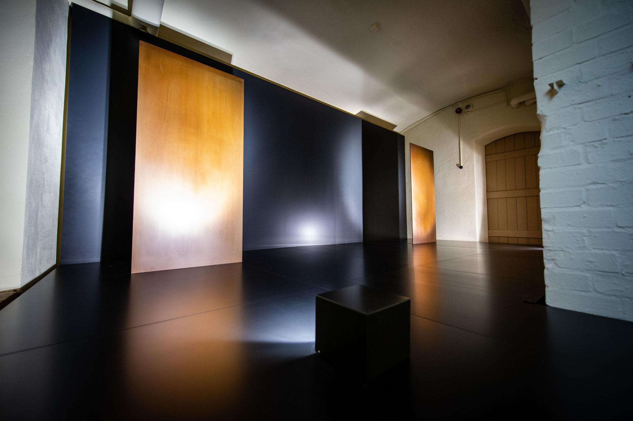 Krematorium, Standort der Öfen mit Lichtinstallation © BERGZWO / André Stoeriko