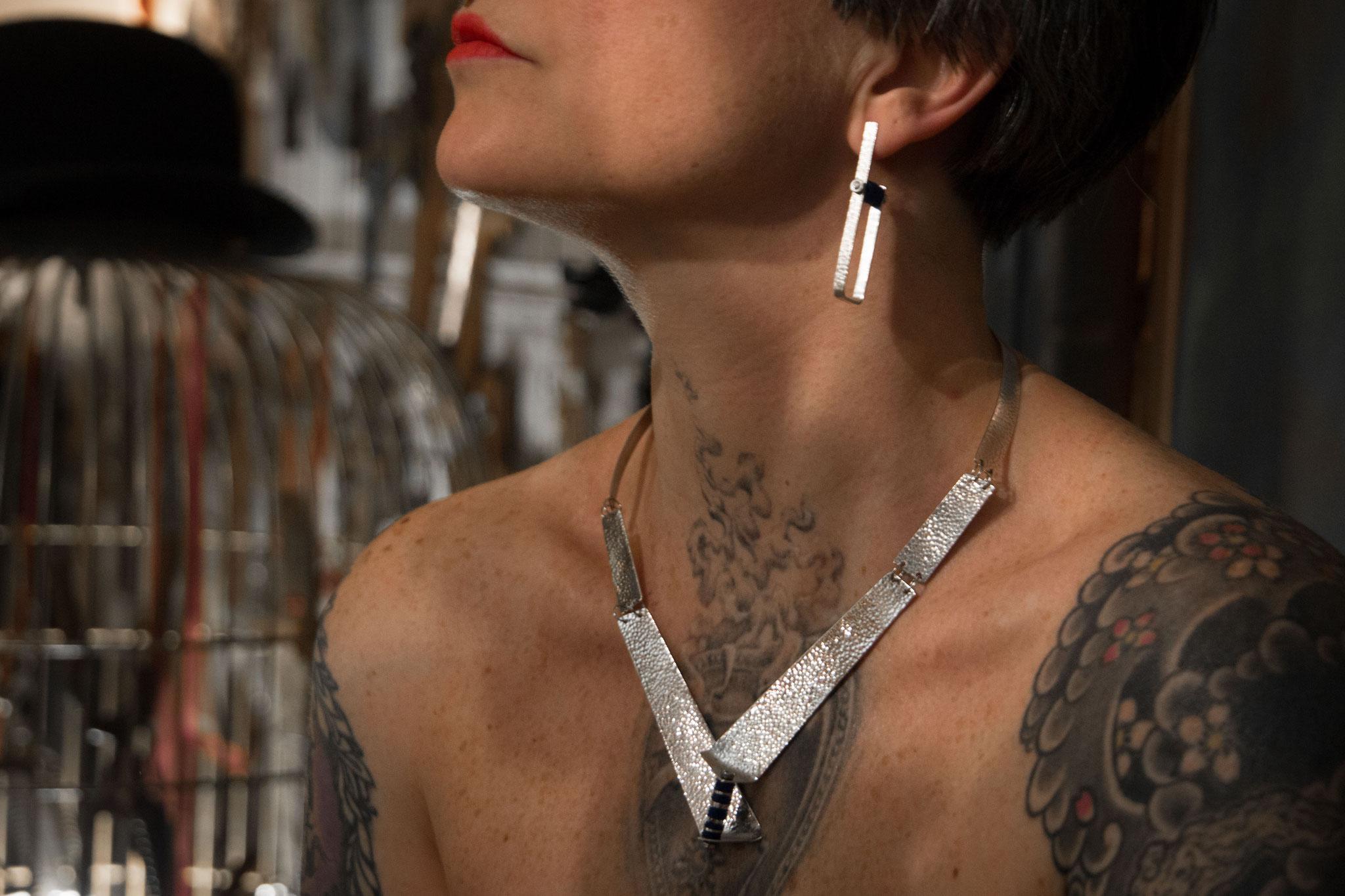 SL-Créations bijoux contemporains à Toulouse - Torque en argent martelé pvc bleu et vis inox