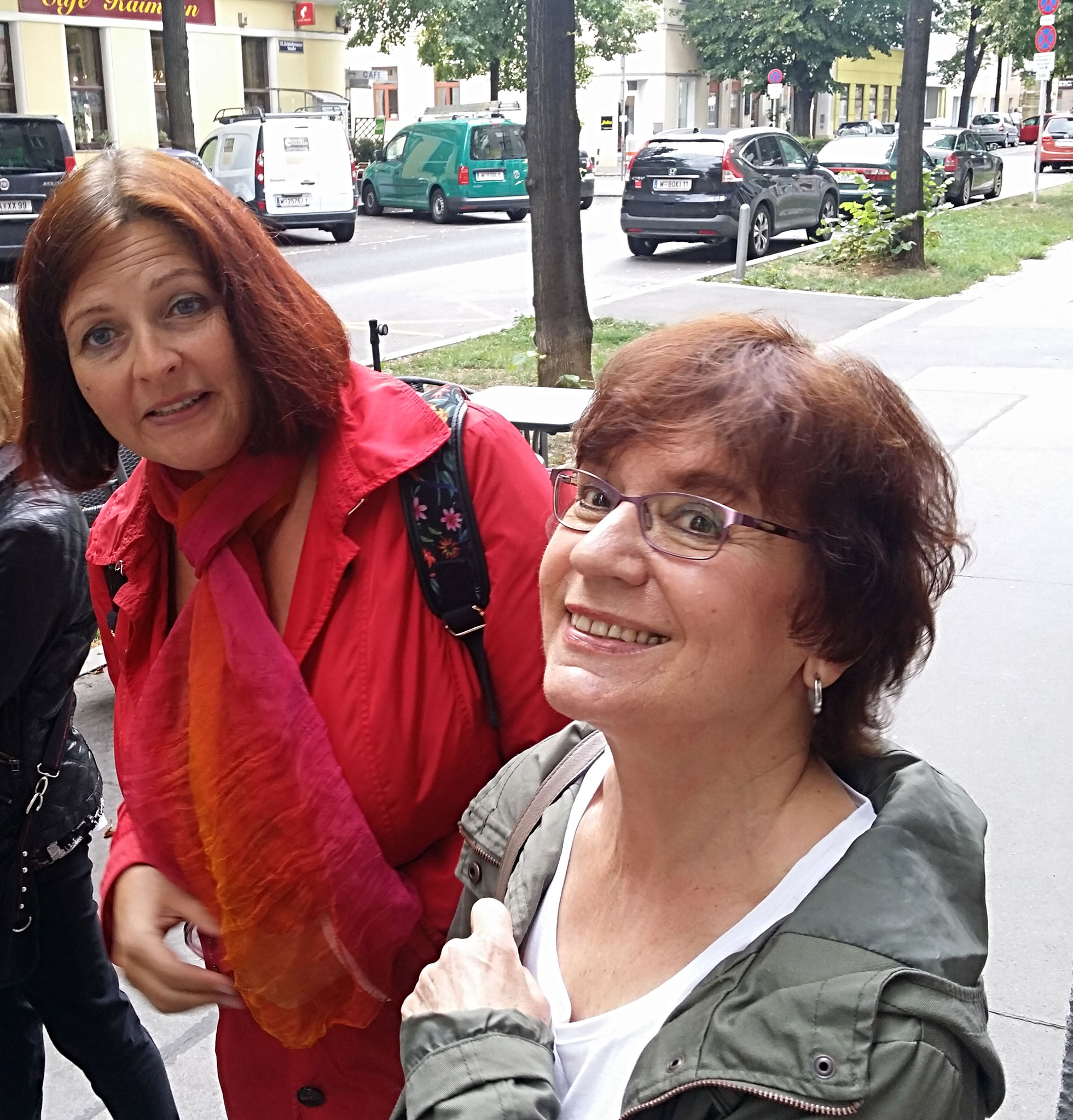 Die Wiener Autorin Charlotte Nickl und Finalistin Gianna Goldenbaum