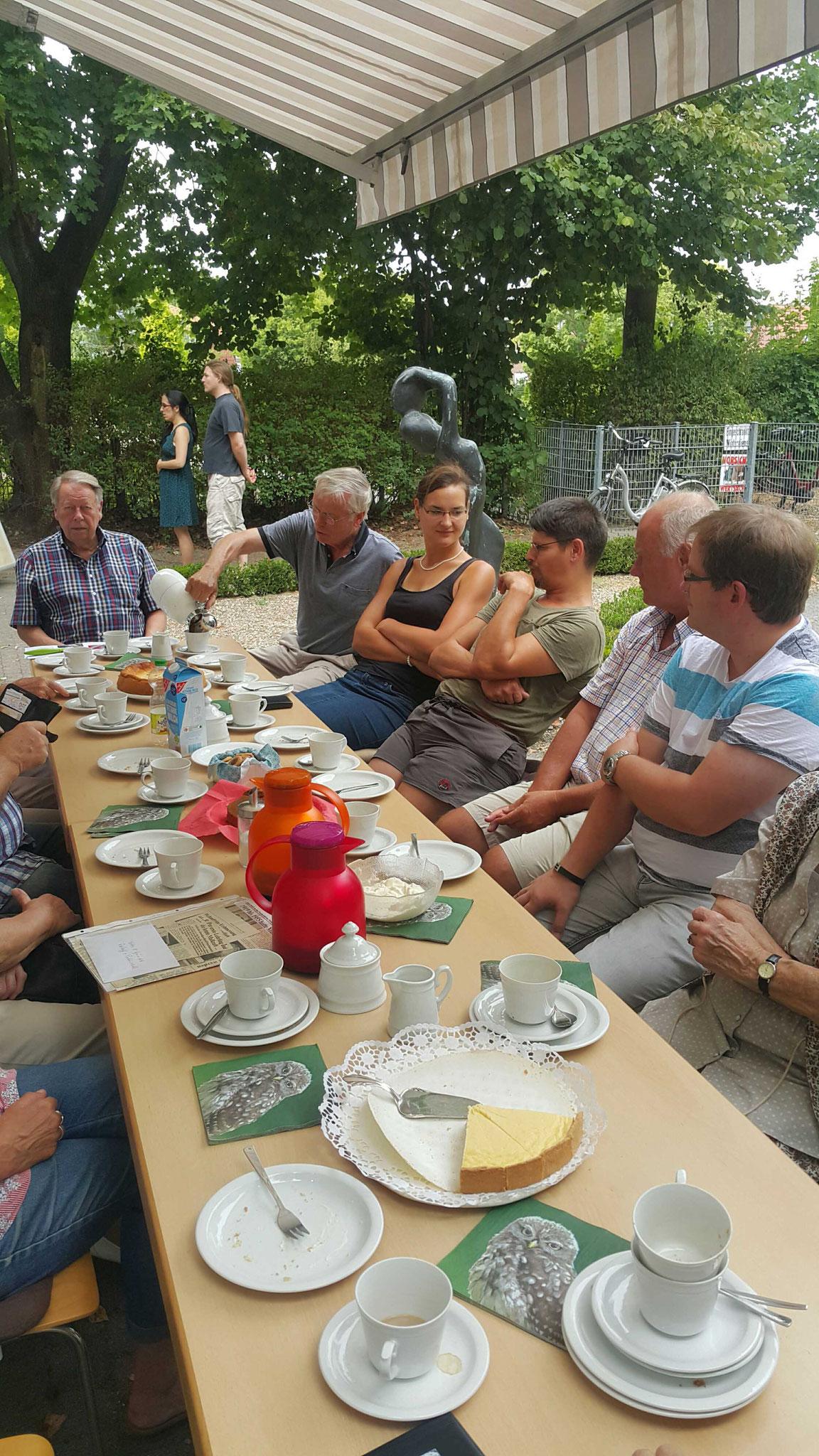 Kaffetafel, im Hintergrund Hans Muschinski und Heinz Heidbrink