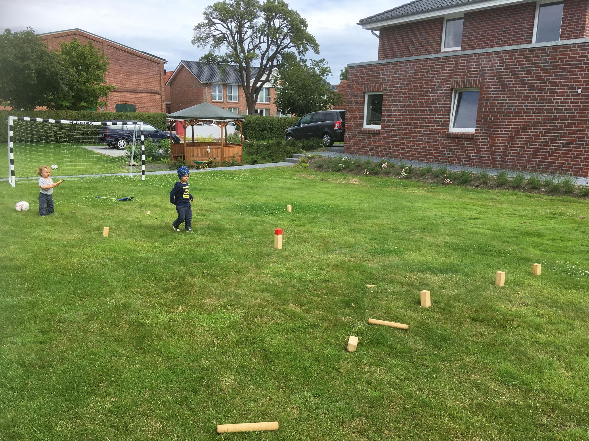 Die Rasenflächen bieten viel Platz! Zum Beispiel für das Wikingerspiel.