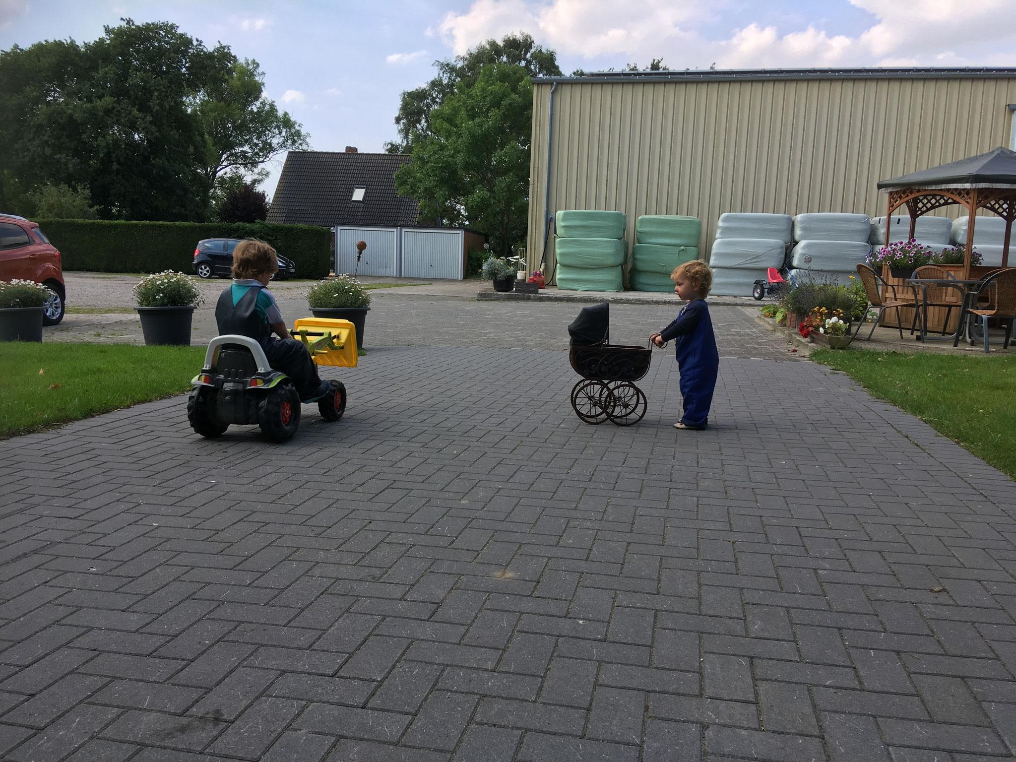 Die Auffahrt eignet sich hervorragend für Trettrecker und auch Kinderwagen lassen sich hier leicht schieben..