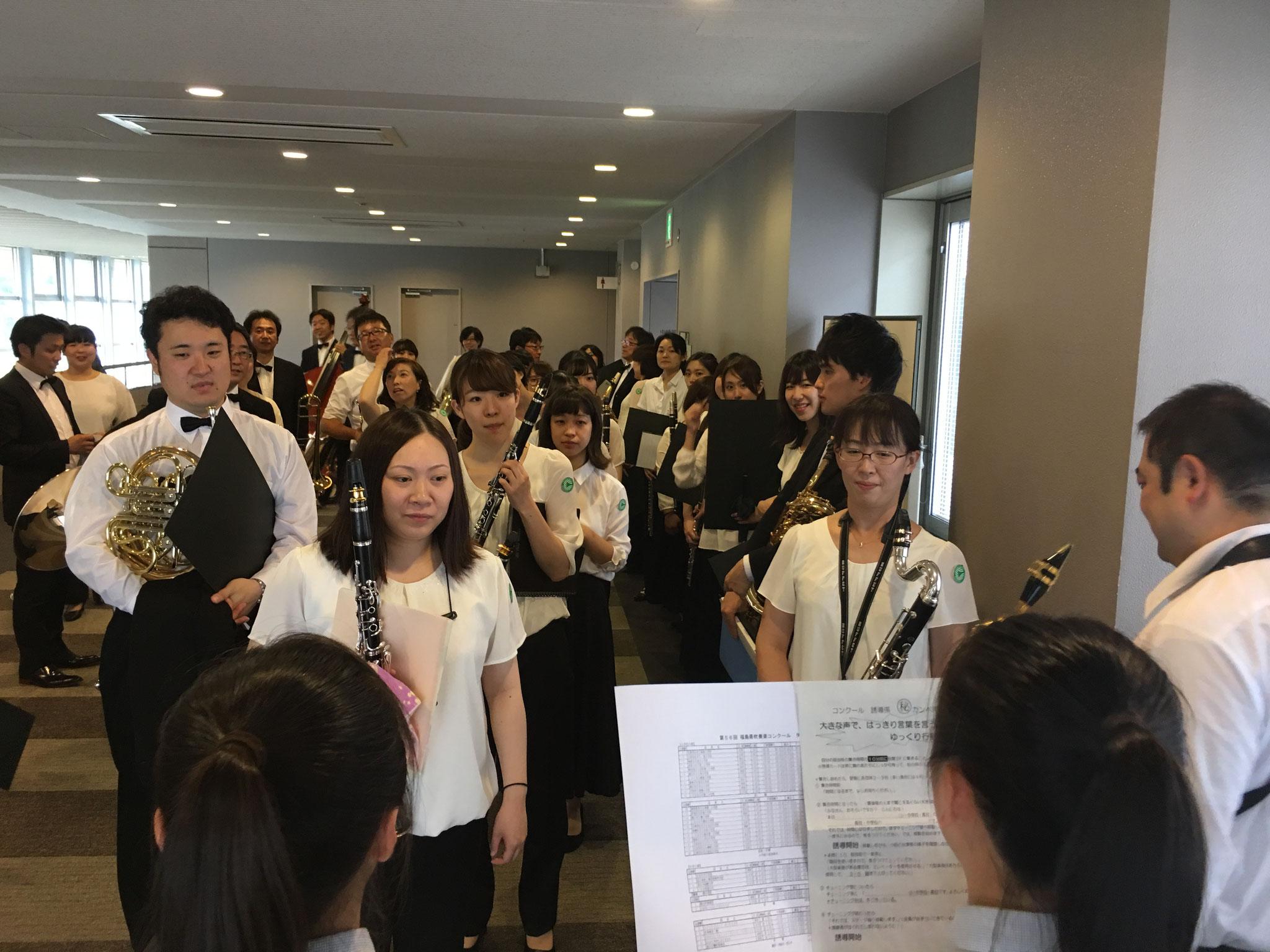 集合場所からは高校生が案内してくれます。今年のフィールの担当は湯本高校の生徒さん。前日、バーンズの3番を演奏し見事福島県代表となりました。おめでとう!