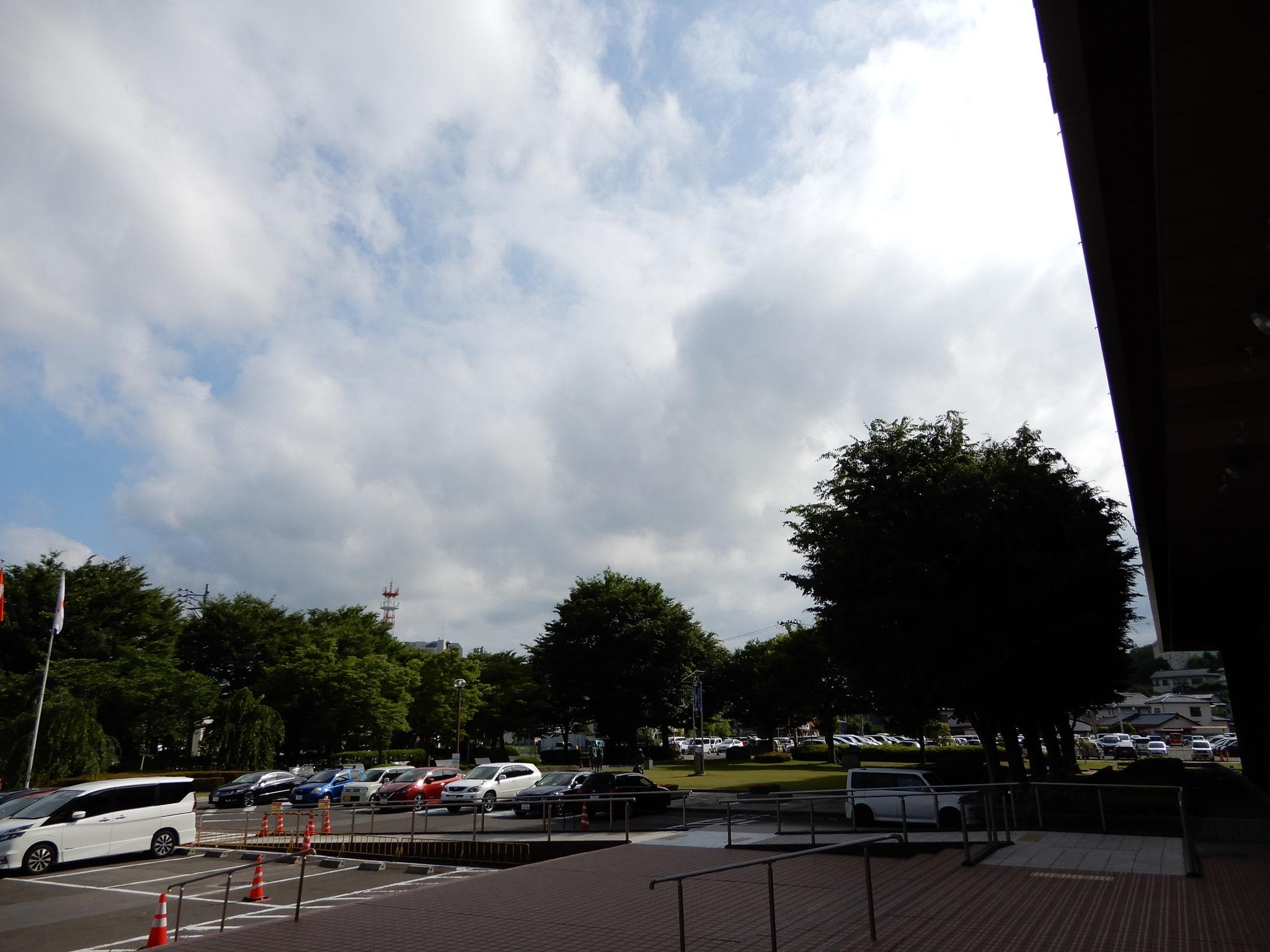 ここには写っていませんが、駐車場係のスタッフが駆け回ってくれています。今年は開演20分前には満車となってしまいました。