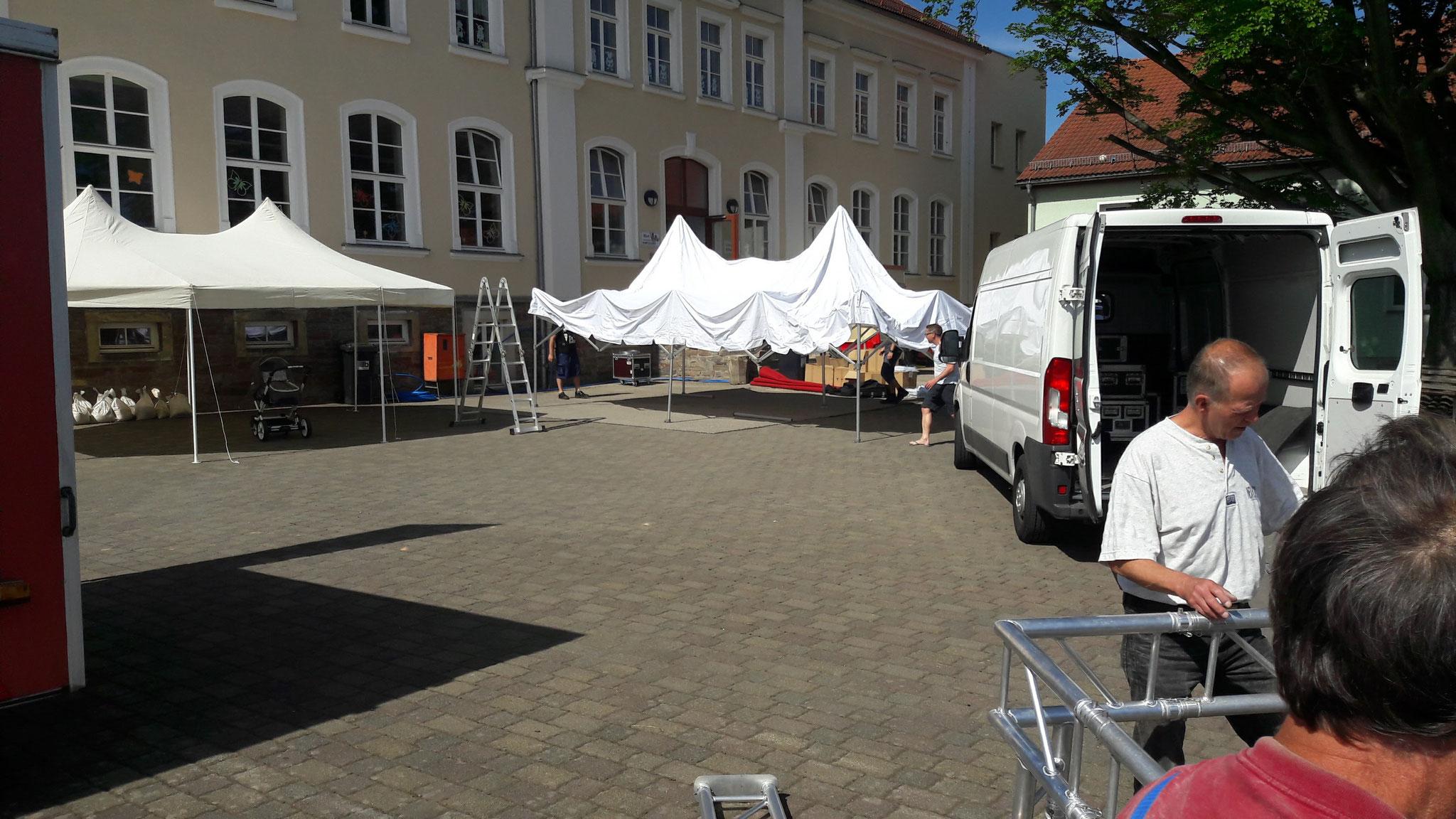 Die Pavilions werden aufgestellt und die Sonne scheint mit allen um die Wette.