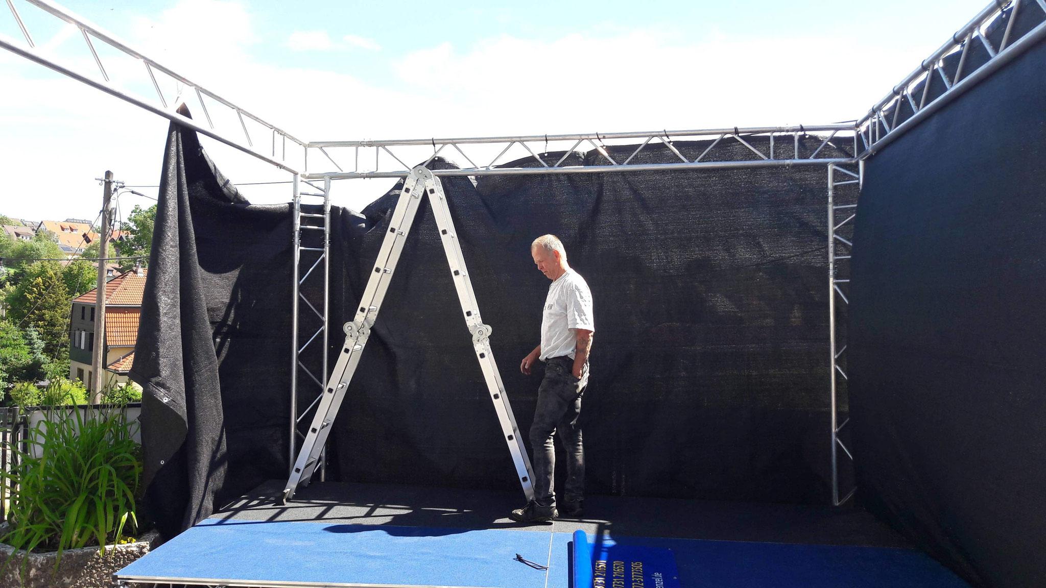 ... und die Bühne Stück für Stück aufgebaut.