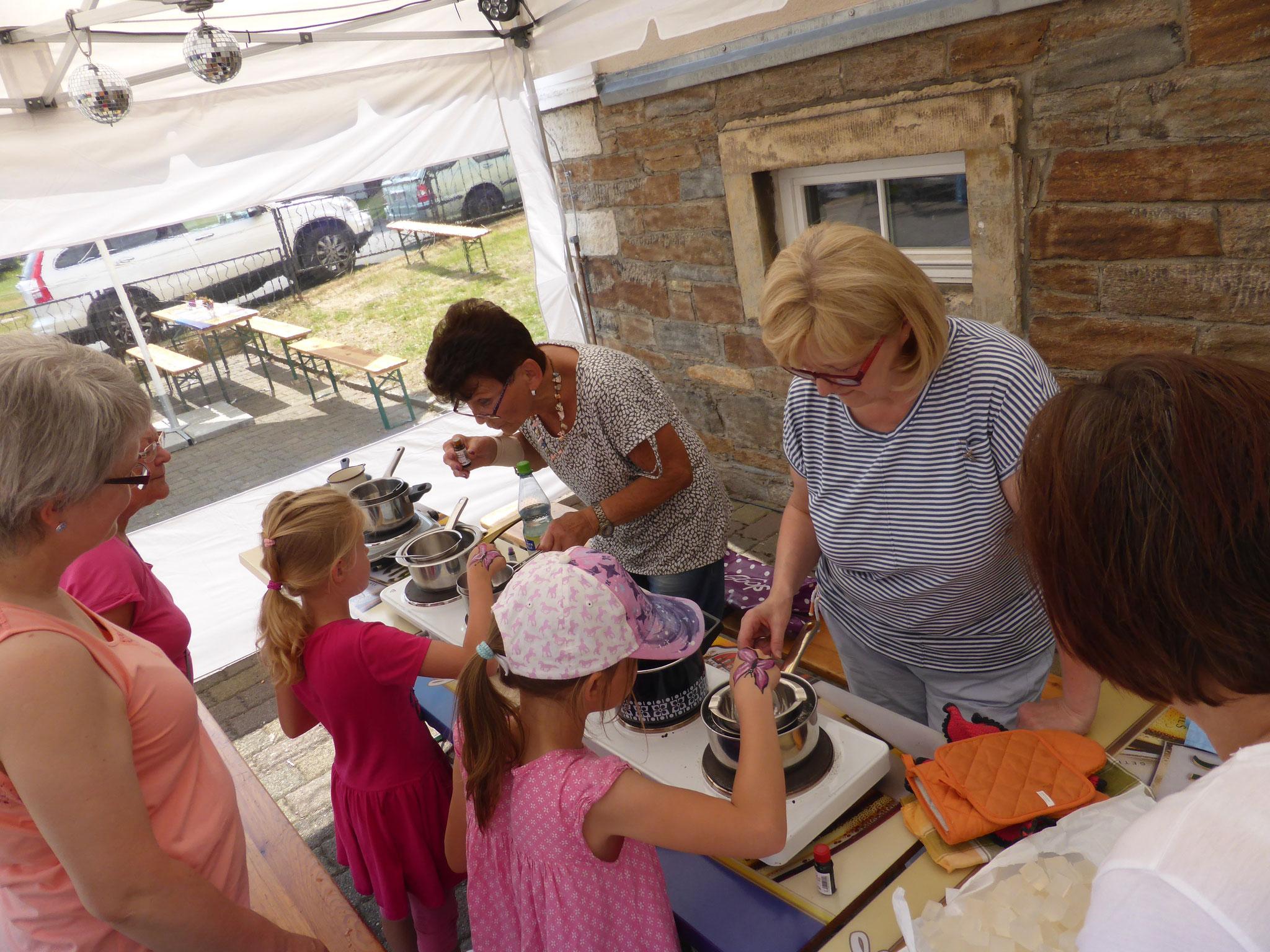 Dank der Landfrauen hatten die Kids die Möglichkeiten Ihre eigenen Seifen zu fertigen. Dann hoffen wir mal, dass die Kinderhände bei Tisch immer sauber sind!