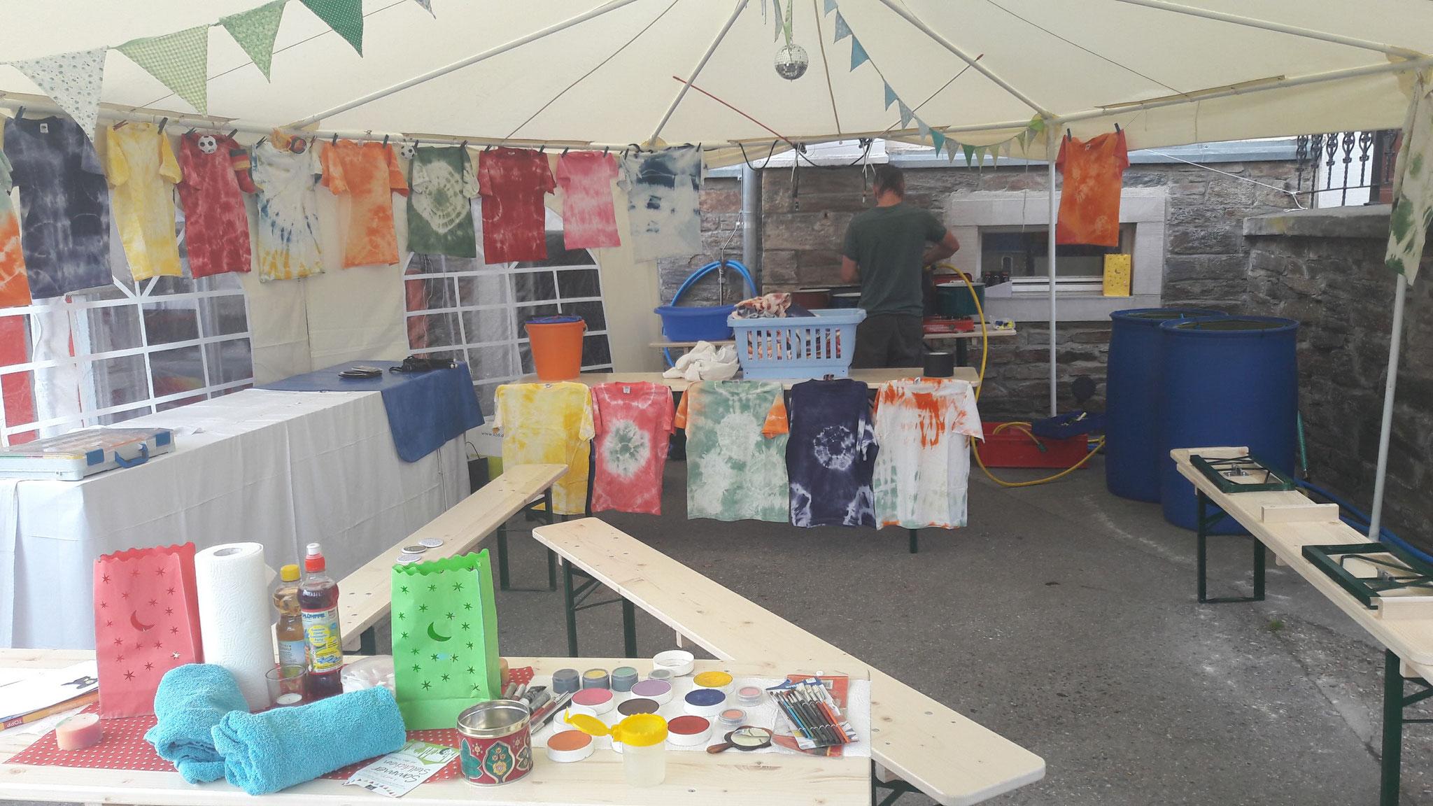 Mit Unterstützung schufen die Kinder hier wundervolle Glasverzierungen, Holzarbeiten und die farbenfrohesten Shirts.
